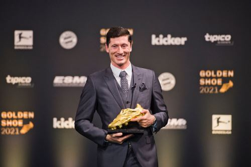 Robert Lewandowski recibió el trofeo que lo acredita como goleador de la temporada anterior