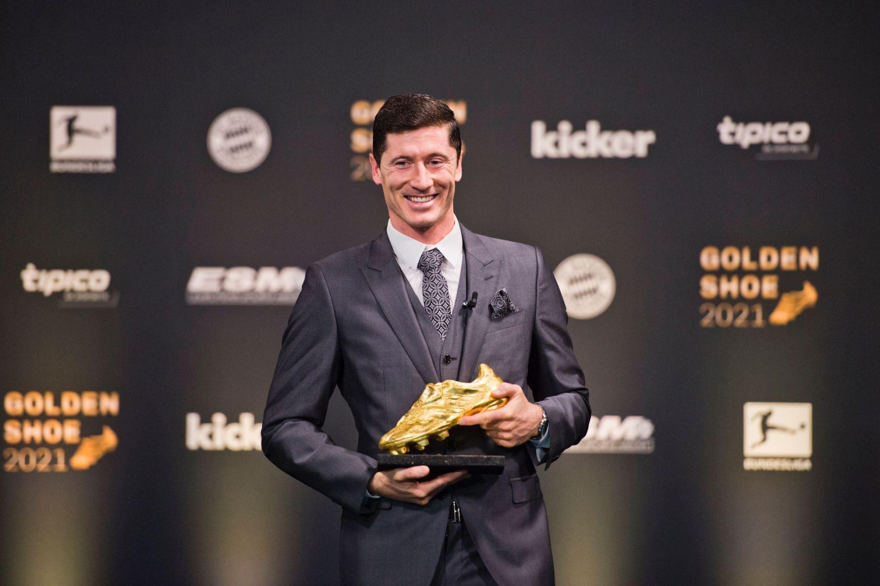Robert Lewandowski recibió el trofeo que lo acredita como goleador de la temporada anterior.