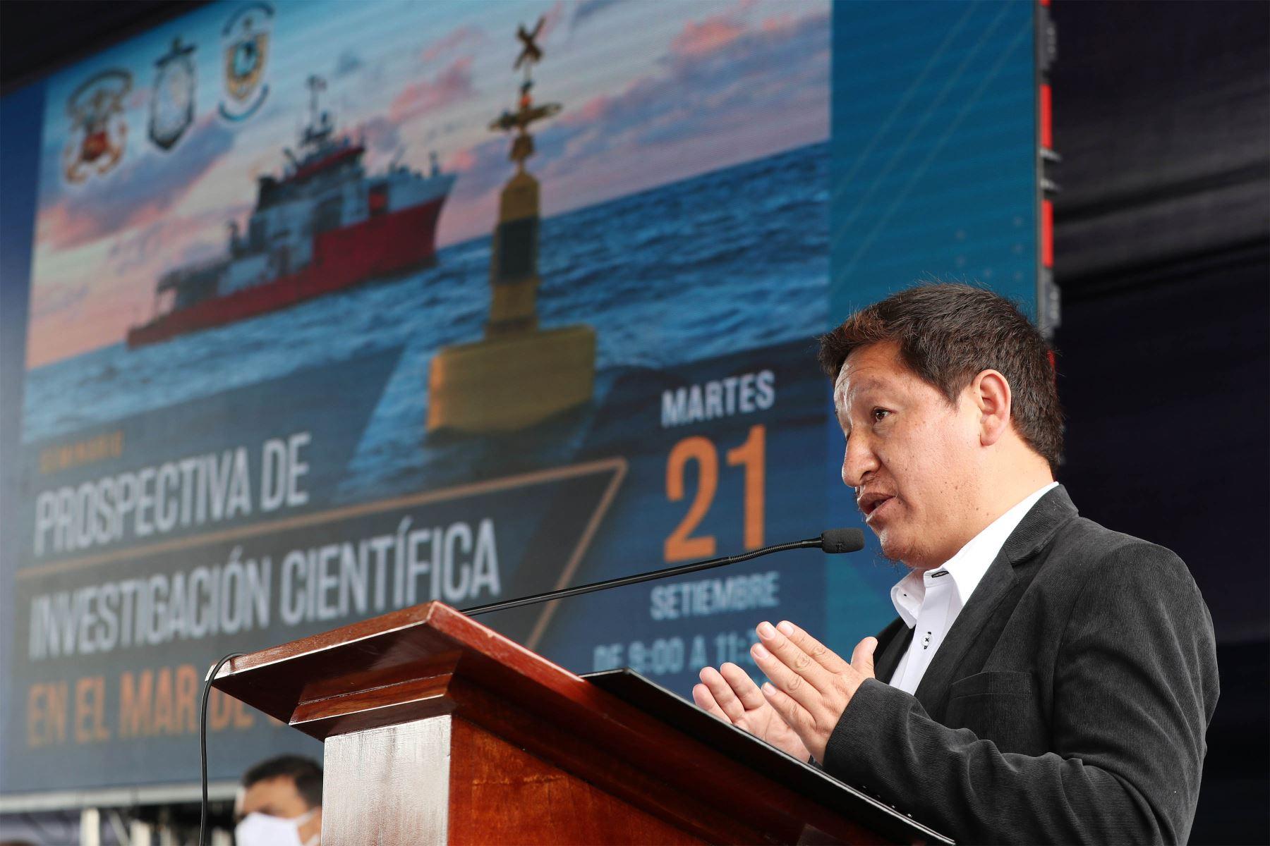 """El presidente del Consejo de Ministros, Guido Bellido, junto a ministros del sector Defensa y Ambiente, participa en la inauguración del seminario """"Prospectiva de Investigación Científica en el Mar de Grau"""", organizado por la Marina de Guerra del Perú , a través de la Dirección de Hidrografía y Navegación. Foto: PCM"""