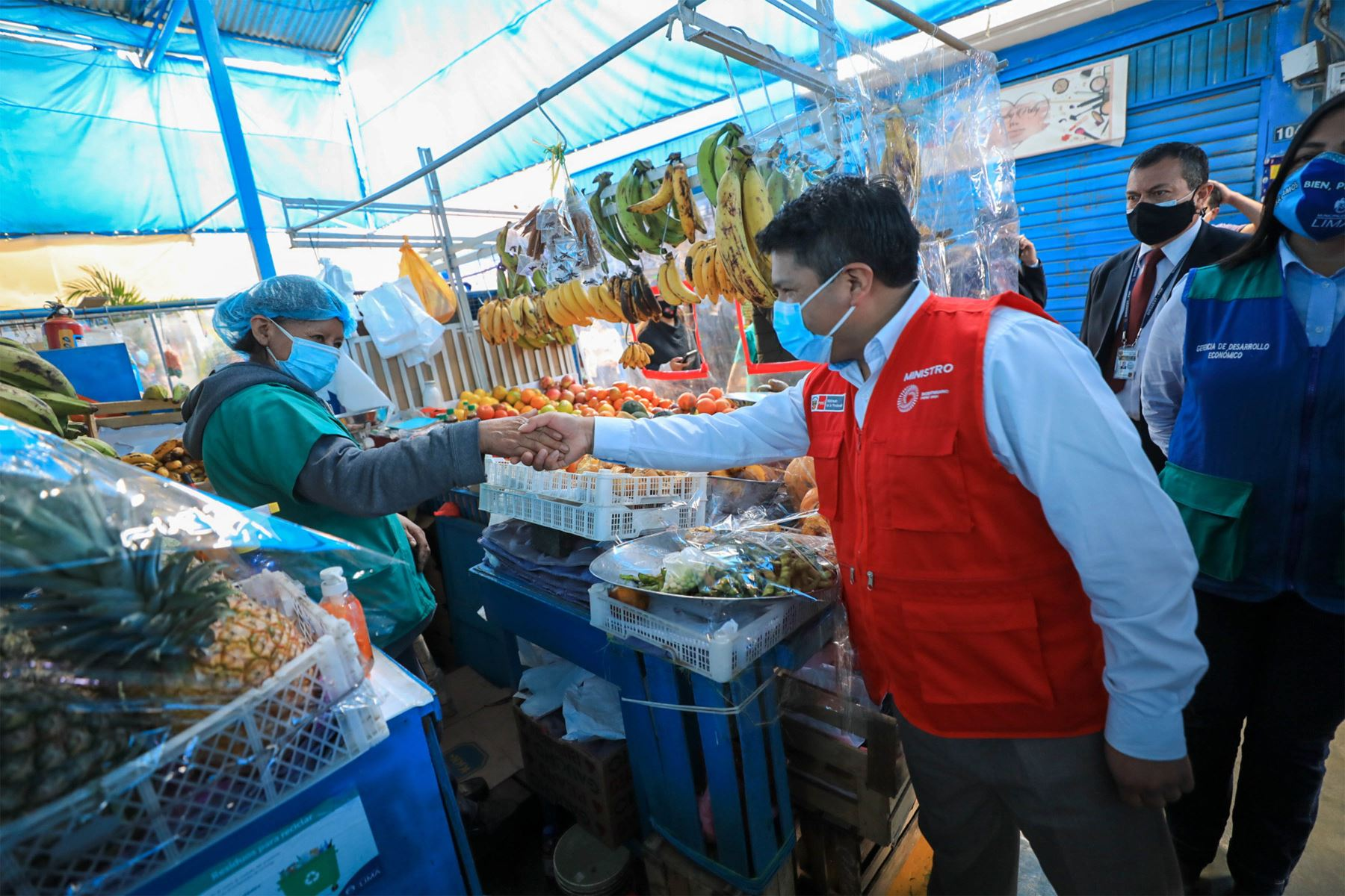 """El ministro de la Producción,  Yvan Quispe anunció el concurso Mercados Modernos"""" en el mercado de Mirones Bajo, Cercado de Lima. Foto:@MINPRODUCCION"""