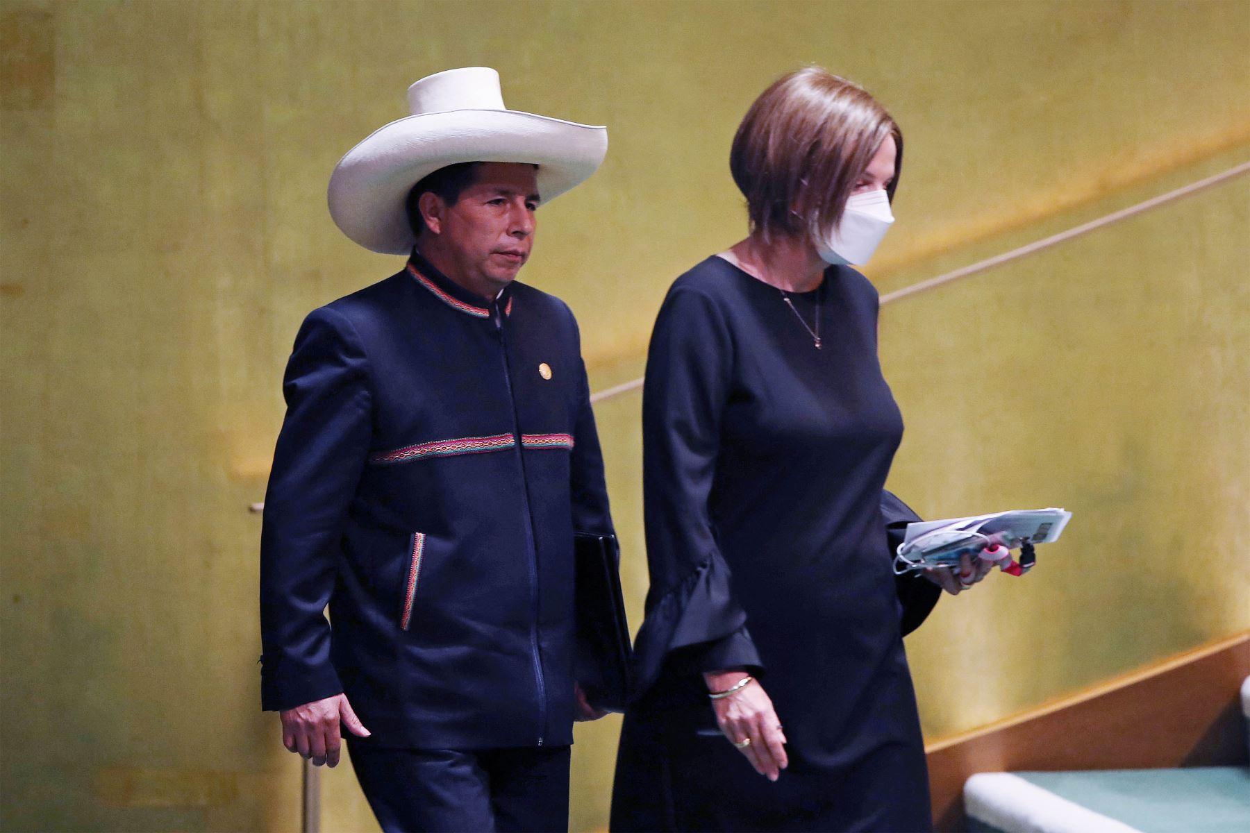 El presidente de Perú, Pedro Castillo, sube al podio para dirigirse al 76 ° período de sesiones de la Asamblea General de la ONU  en Nueva York. Foto: AFP