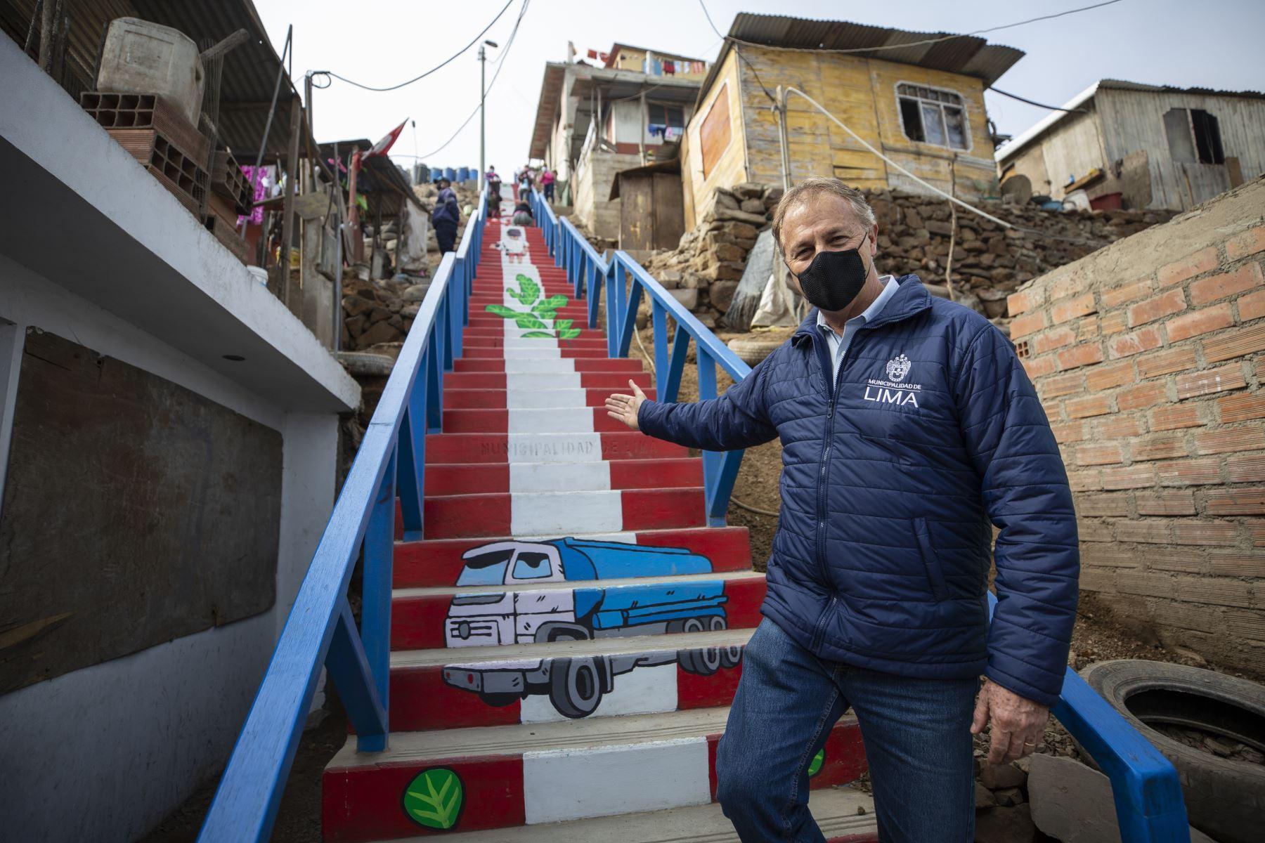 Alcalde de Lima, Jorge Muñoz, visita escaleras muralizadas del Bicentenario en Comas. Foto: MML