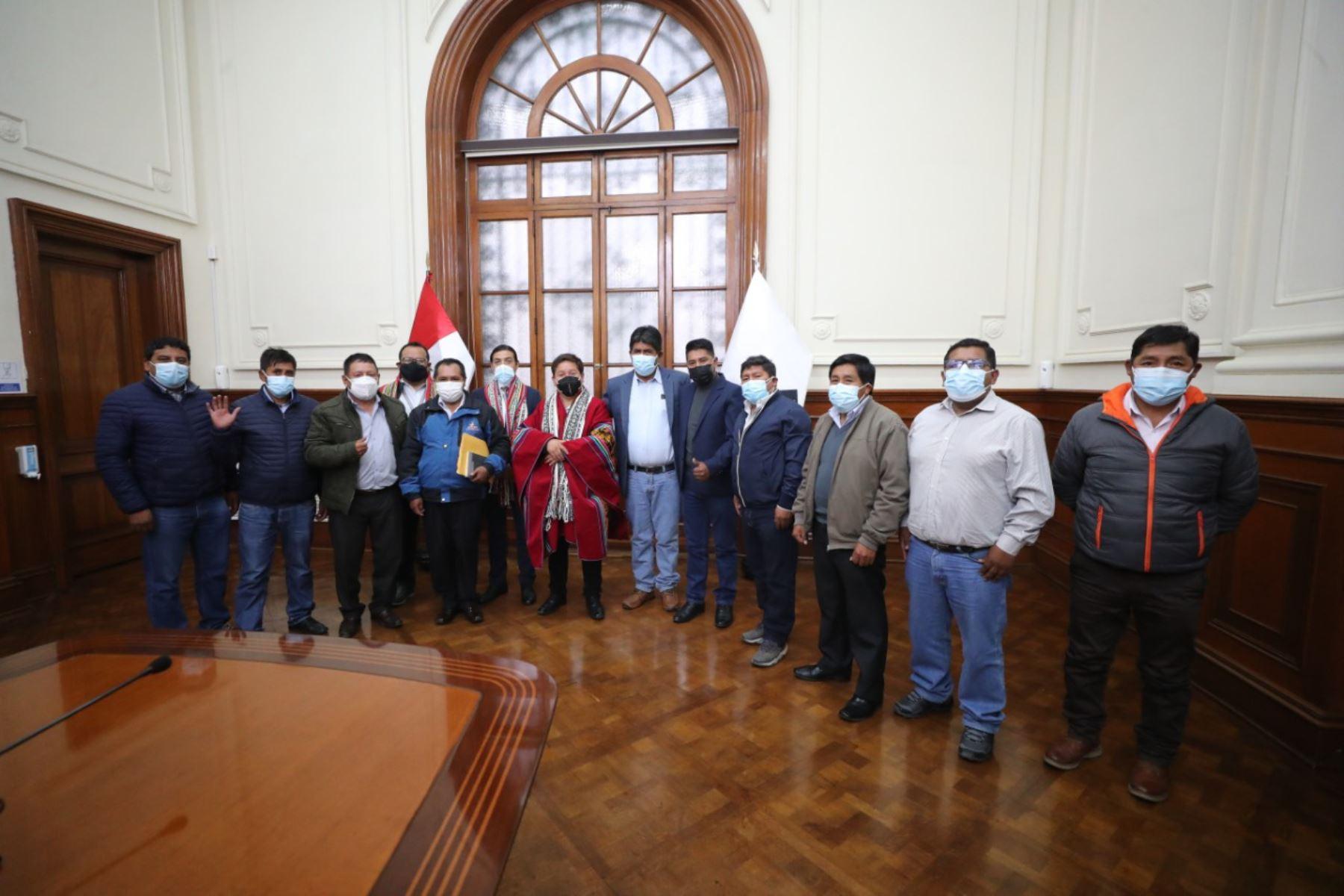 El titular de la PCM, Guido Bellido, se reunió con alcaldes de la provincia de Espinar (Cusco) para conocer los avances de los proyectos prioritarios en esta jurisdicción y sus requerimientos para ser concluidos con celeridad. Foto: PCM