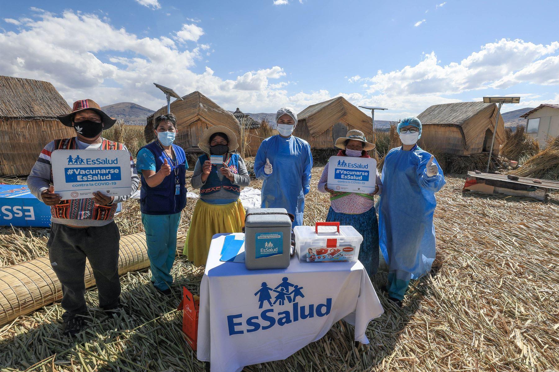 Personal sanitario llegó hasta el lago Titicaca para aplicar las dosis del antígeno a mujeres y hombres de la comunidad indígena que los protege de la enfermedad.     Foto: EsSalud