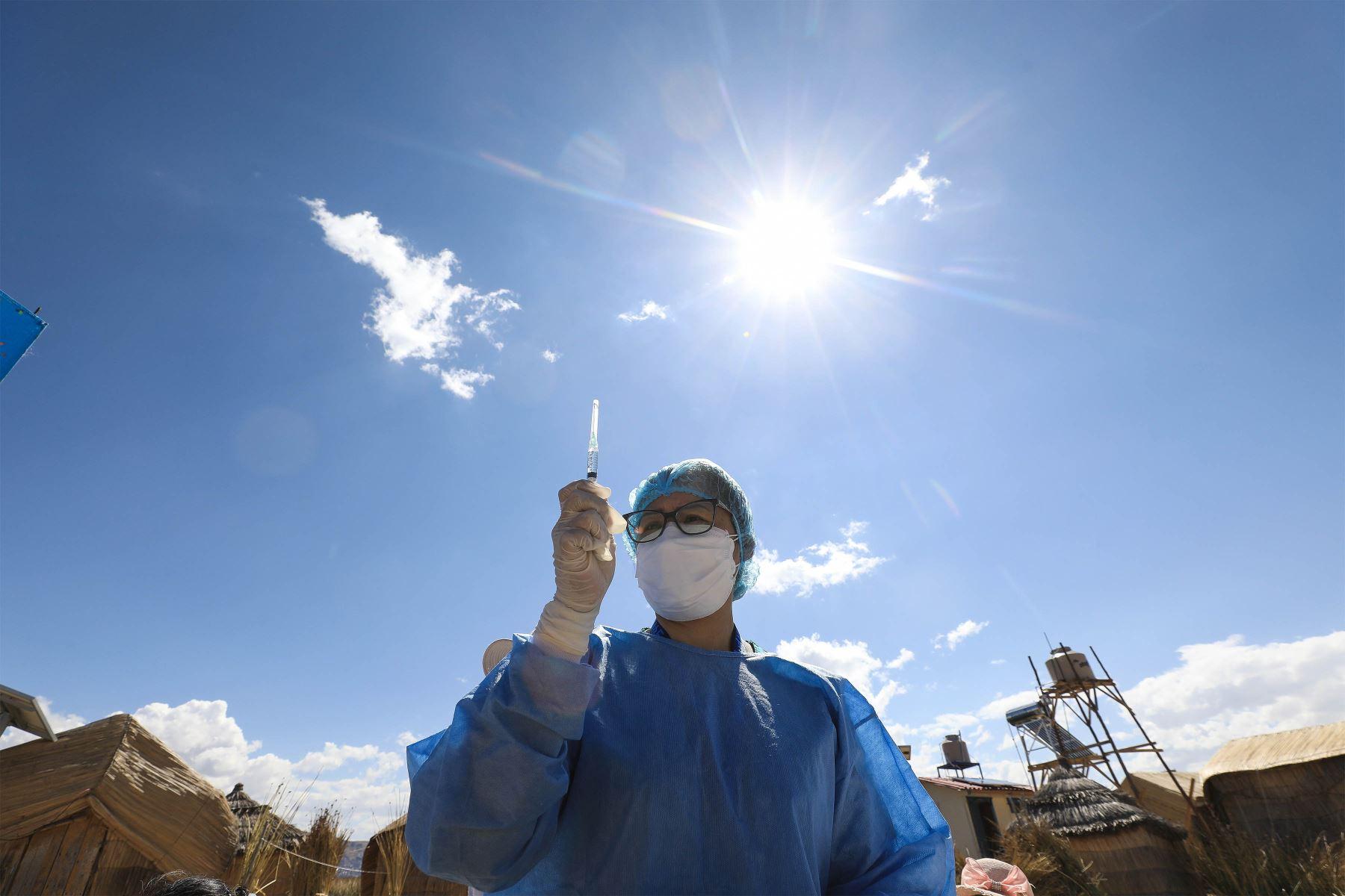 Una brigada sanitaria del Seguro Social de Salud llega hasta las islas flotantes Los Uros, ubicadas en el lago Titicaca, para vacunar contra la covid-19 a la población de esta comunidad, situada a casi 4 mil metros sobre el nivel del mar.  Foto: EsSalud