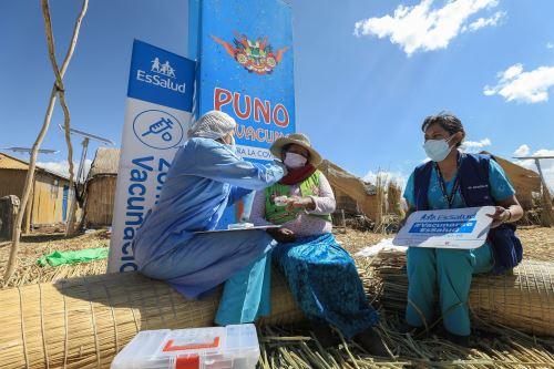 EsSalud vacuna contra la covid-19 a pobladores de las islas Los Uros en Puno