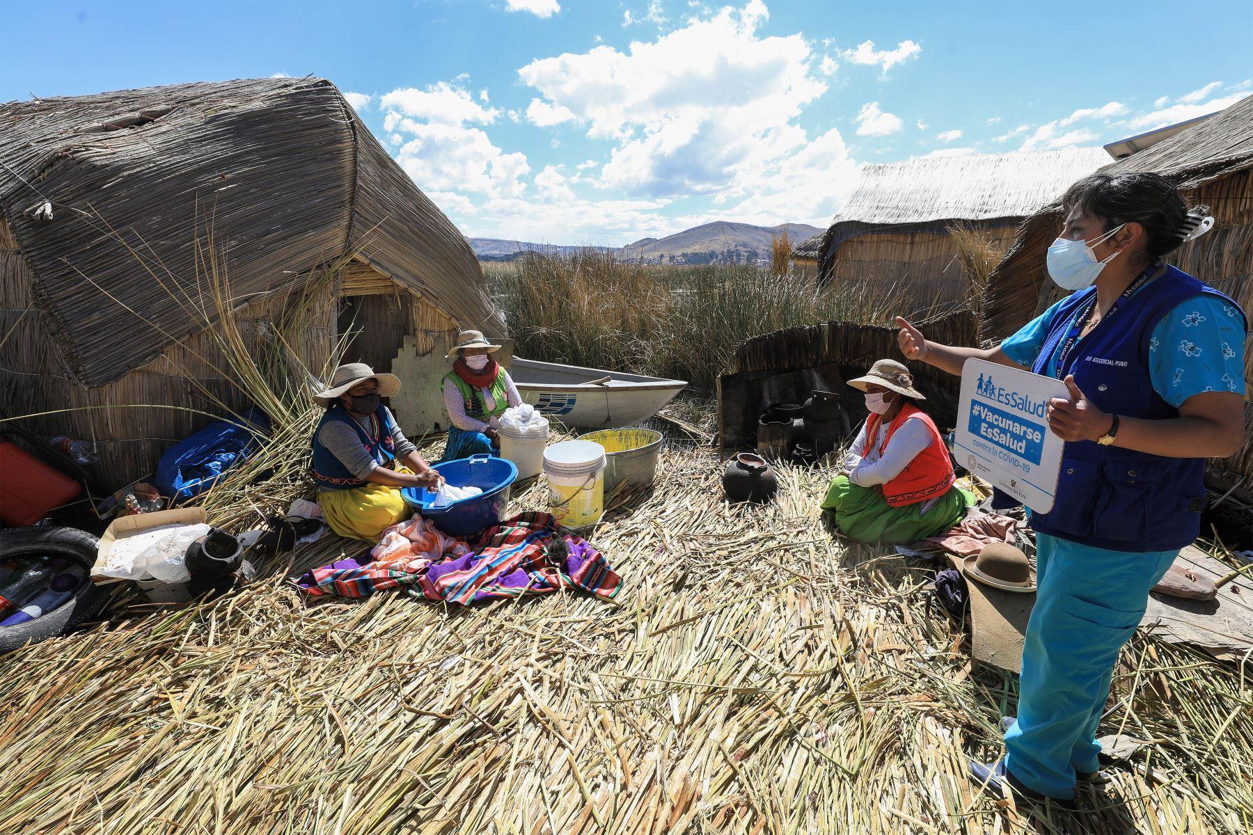 A bordo de una embarcación, personal de salud de la Red EsSalud Puno surcó las aguas del impetuoso lago para desplazarse hasta la comunidad de Uros, donde aplicó las dosis del antígeno a mujeres y hombres que los protege de la temida enfermedad.     Foto: EsSalud