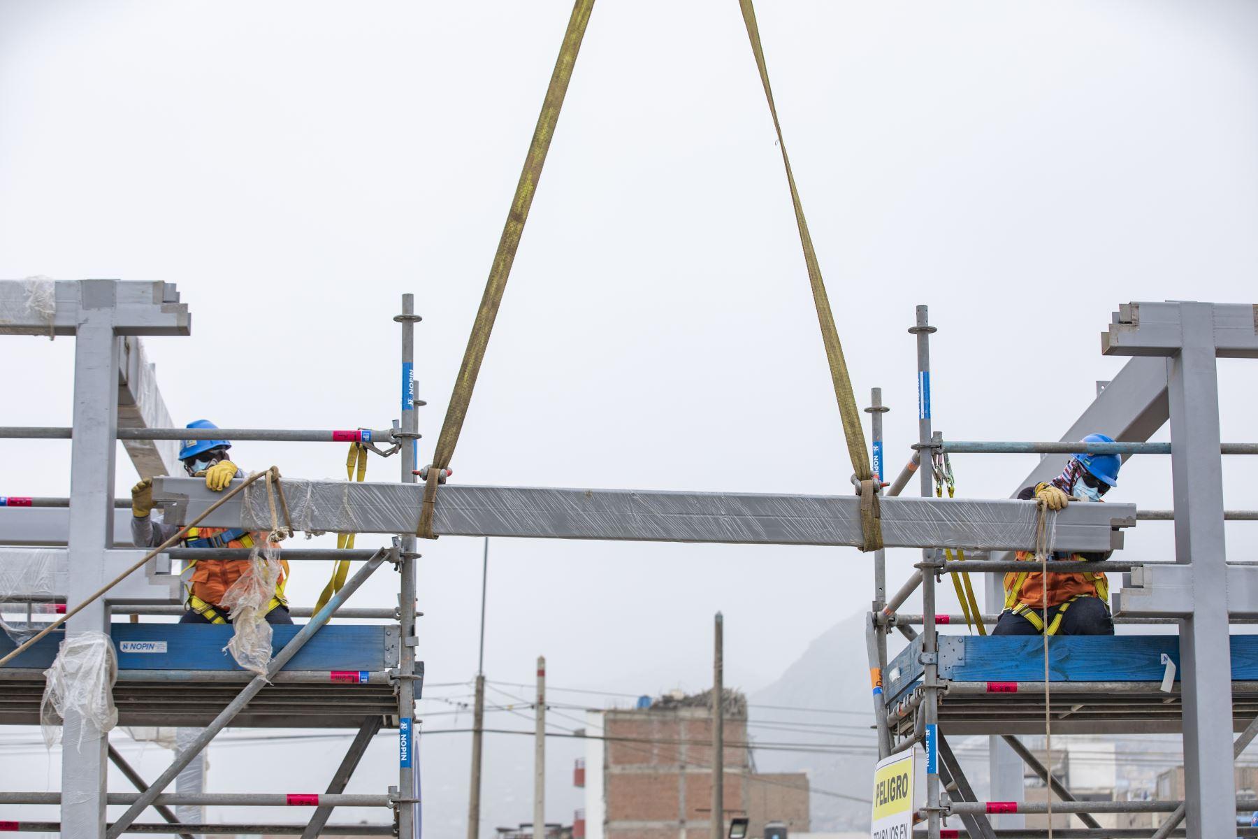 Alcalde de Lima, Jorge Muñoz supervisa inicio de montaje de nuevas estaciones de la ampliación norte del metropolitano. Foto: MML