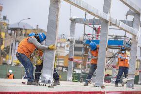 Hoy se realizó el montaje de la estructura metálica, que se efectúa de modo manual y con la ayuda de grúas, en las dos primeras estaciones, de las cinco que ya se encuentran listas. ANDINA/ Municpalidad de Lima