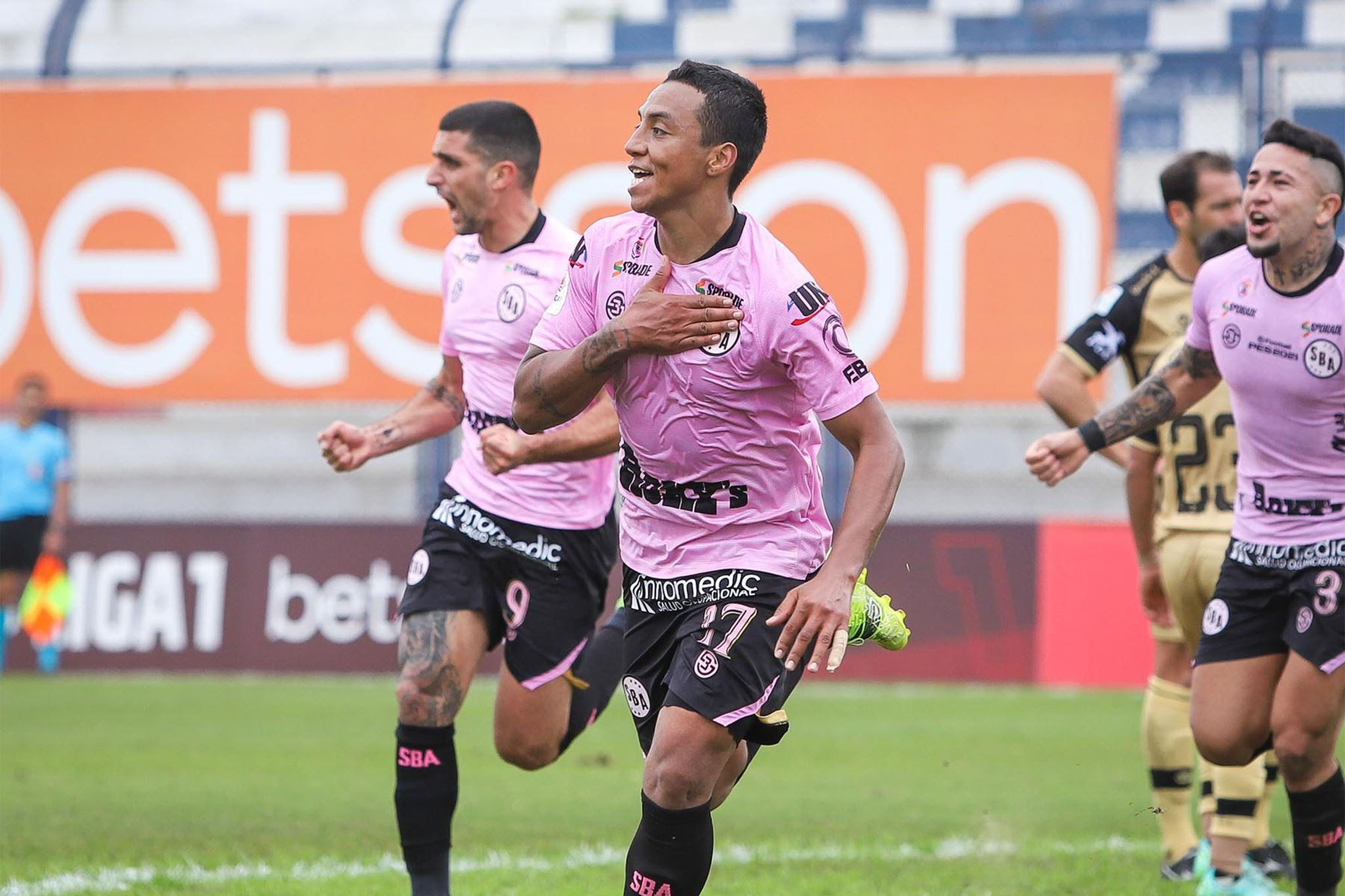 El futbolista Joao Villamarín de Sport Boys celebra su segundo gol anotado  ante  el Cusco FC durante el partido de la fecha 12 de la Liga 1 en el estadio Iván Elías Moreno en Villa el Salvador. Foto: @LigaFutProf
