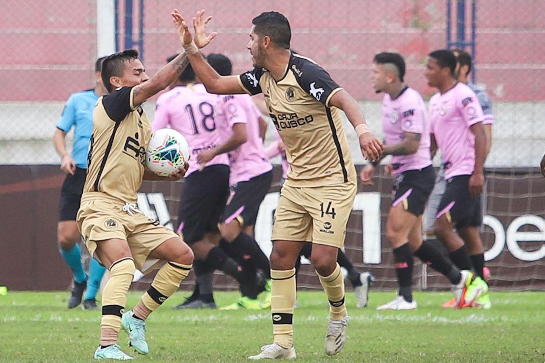 El futbolista Sandro Rengifo del Cusco FC  celebra su gol, anotado ante Sport Boys durante el partido de la fecha 12 de la Liga 1 en el estadio Iván Elías Moreno en Villa el Salvador. Foto: @LigaFutProf