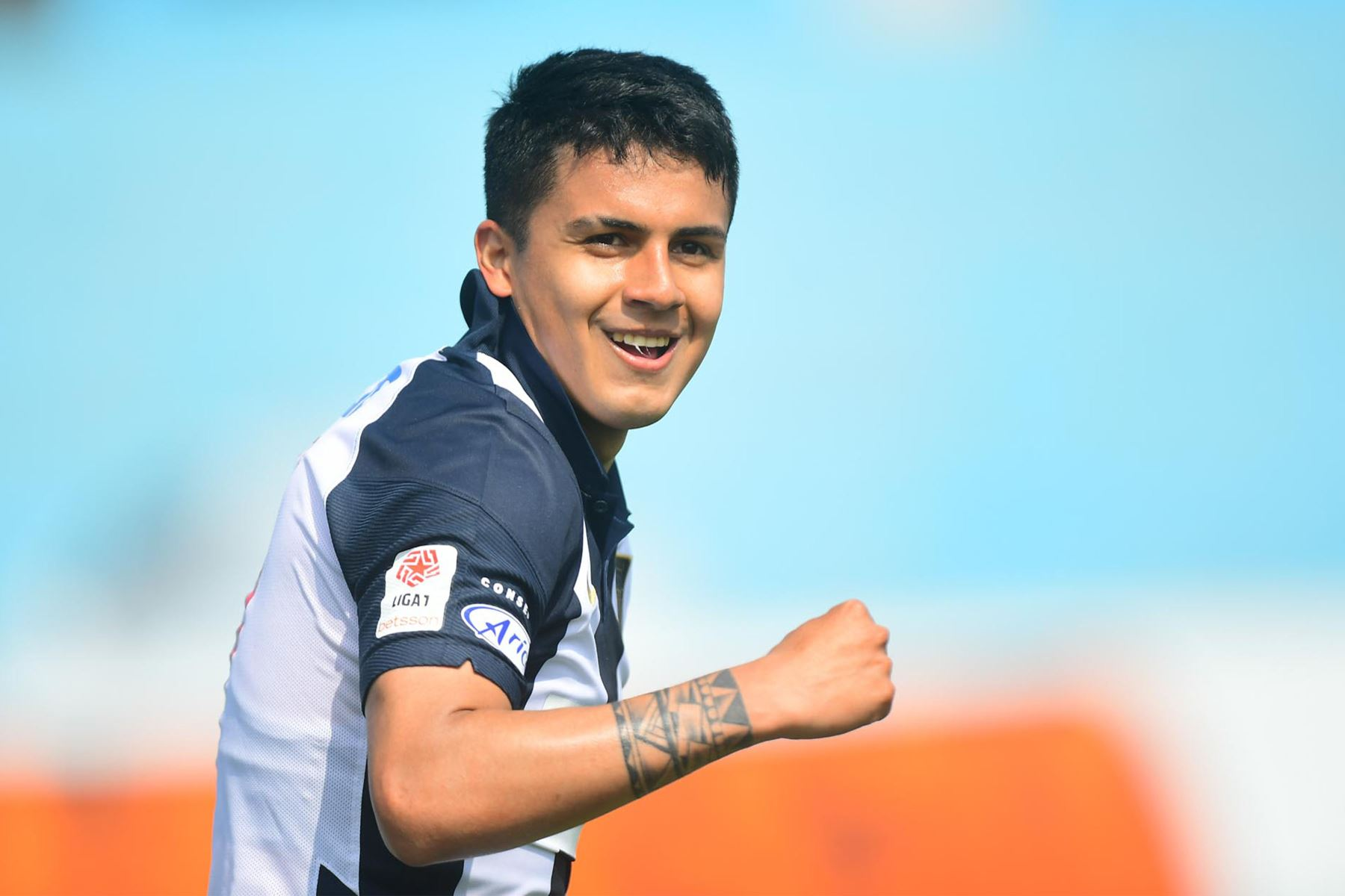 El futbolista Jairo Concha de Alianza Lima celebra su gol anotado ante  el jugador del FBC Melgar  durante el partido de la fecha 12 de la Liga 1 en el estadio Alberto Gallardo. Foto: @LigaFutProf