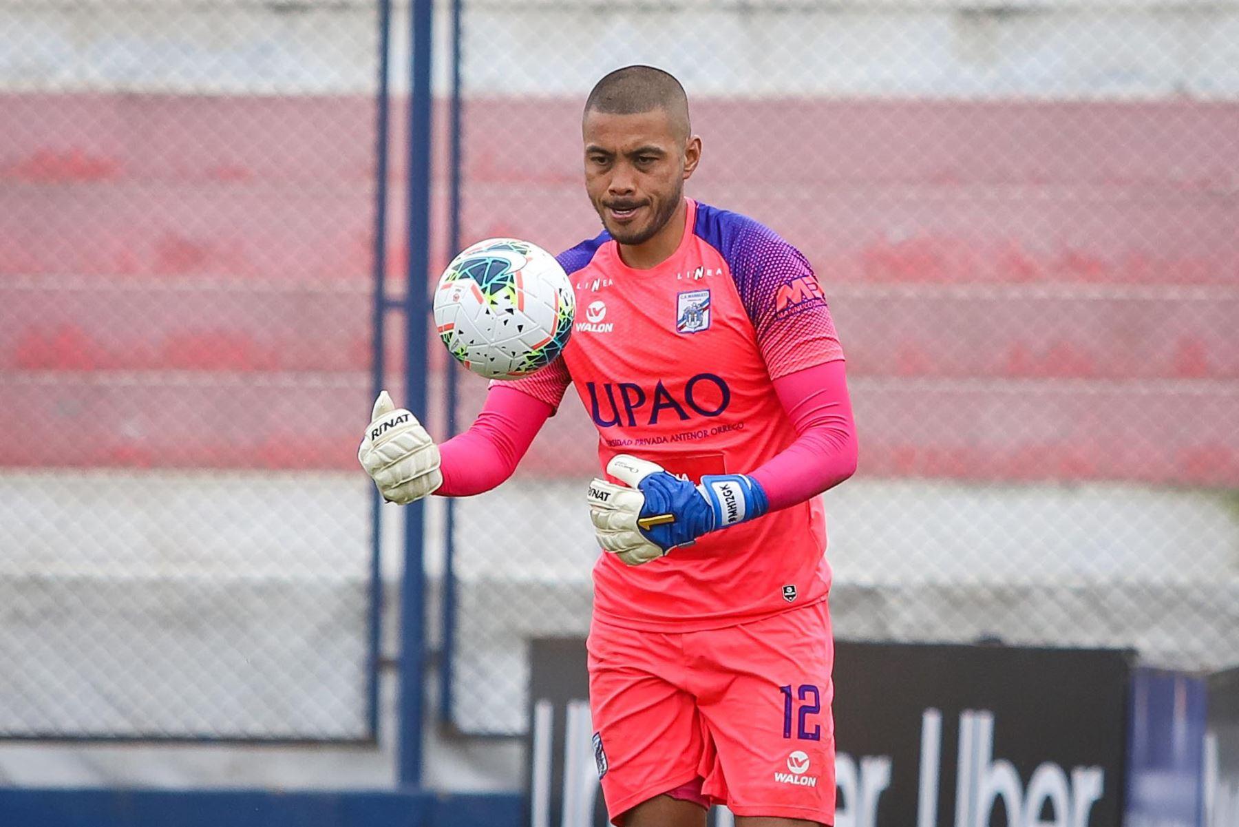 El portero Heredia detiene el bañón. Carlos Manucci derrota 3-1 a Sporting Cristal por la Fase 2 de la Liga 1. Foto: FPF