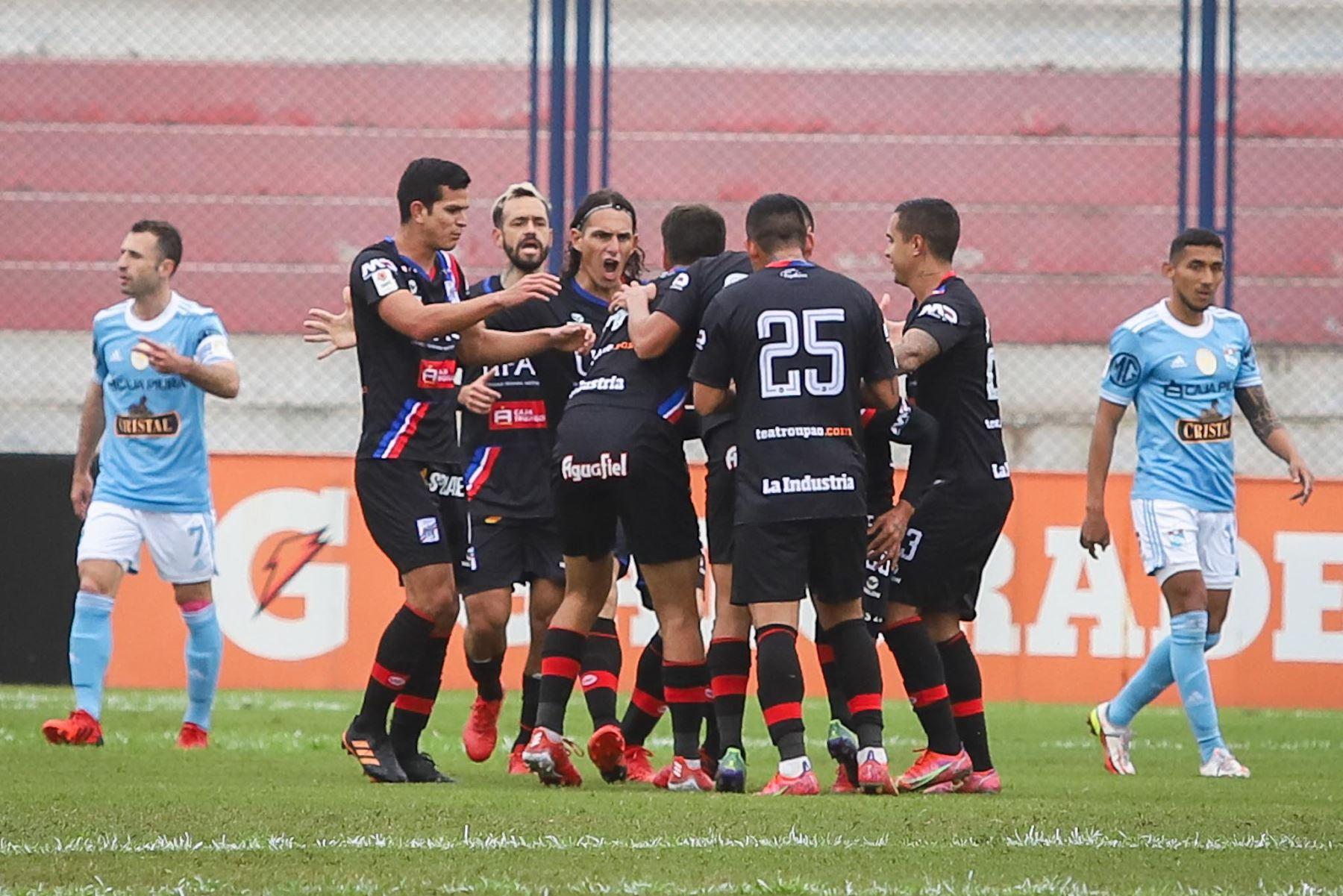 David Dioses (10') pone el primero para Manucci. Carlos Manucci derrotó 3-1 a Sporting Cristal por la Fase 2 de la Liga 1. Foto: FPF