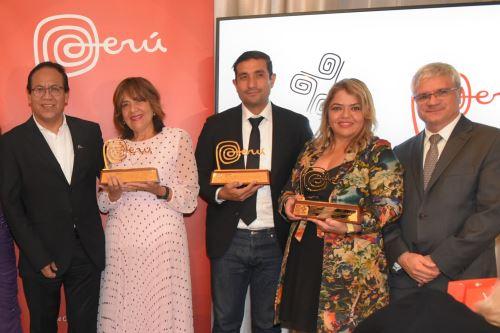 El ministro Roberto Sánchez (izquierda) entregó el reconocimiento Amigos del Perú en Estados Unidos. Foto: ANDINA/Difusión