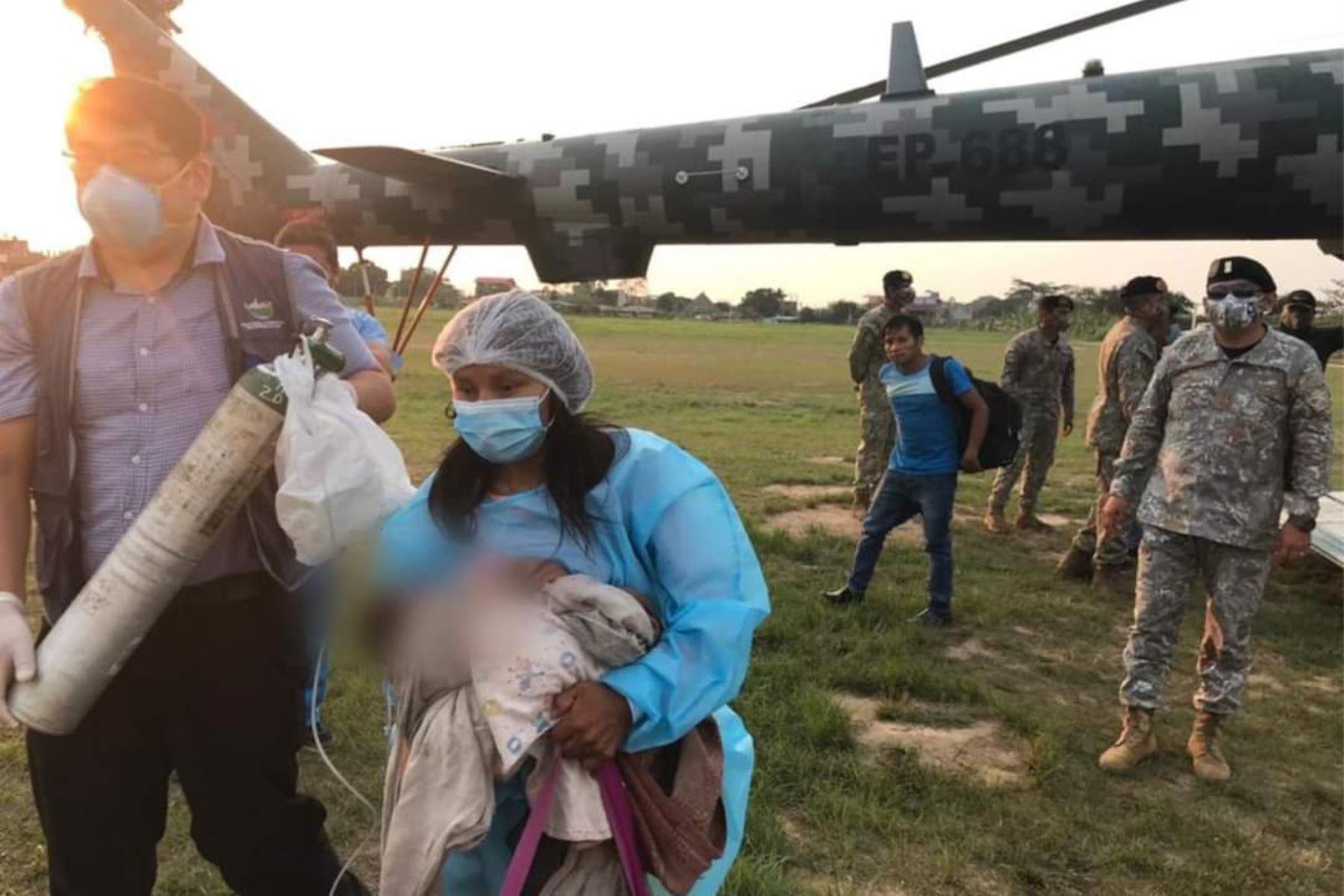 Cuatro menores de edad (tres de ellos con neumonía y uno con posible fractura de cadera) de la Comunidad Nativa Maizal fueron trasladados en helicóptero del Ejército desde la Comunidad Nativa Yomibato hacia Puerto Maldonado para recibir atención médica especializada. Foto: Minsa