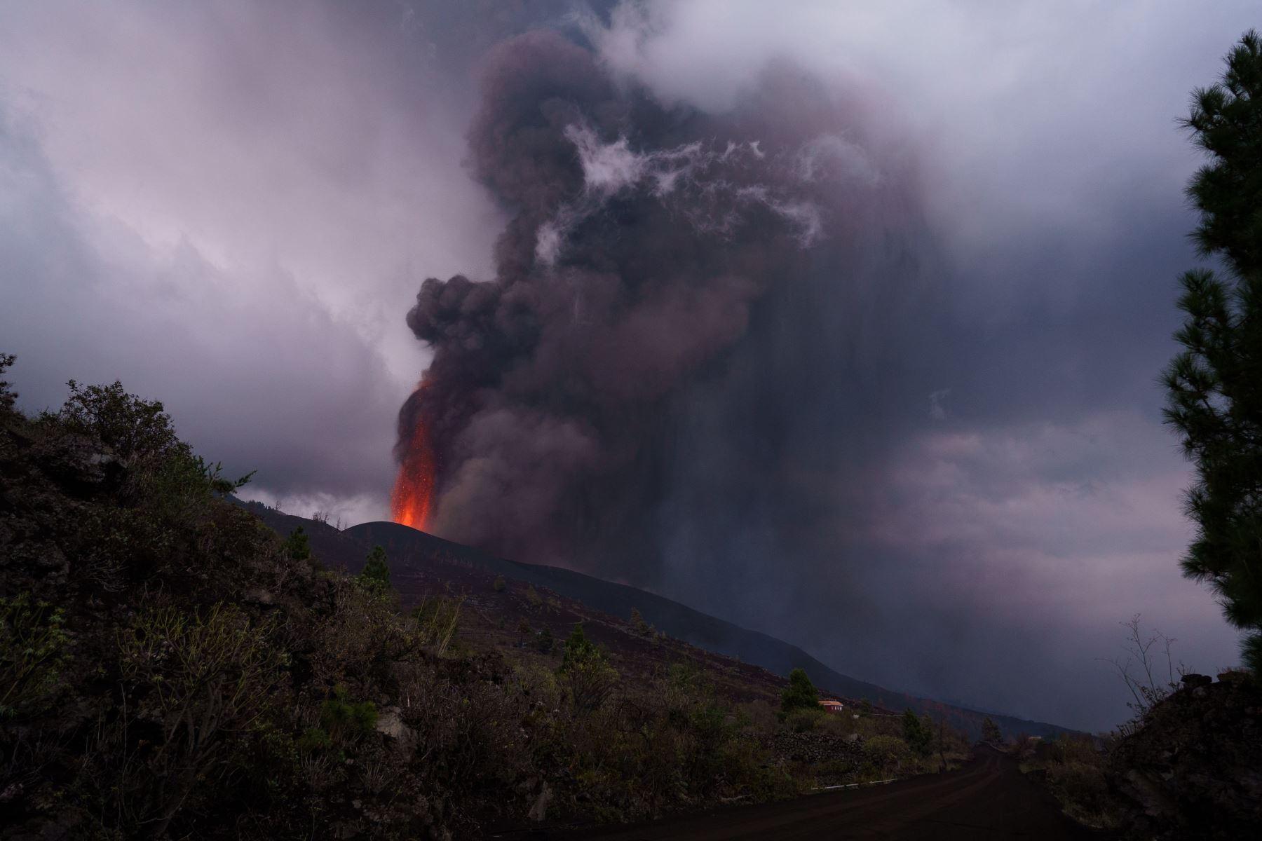 El volcán de La Palma cumple su cuarto día de erupción, con más de 5.000 vecinos desalojados de sus casas y graves daños en viviendas e infraestructuras de tres municipios. Foto: EFE