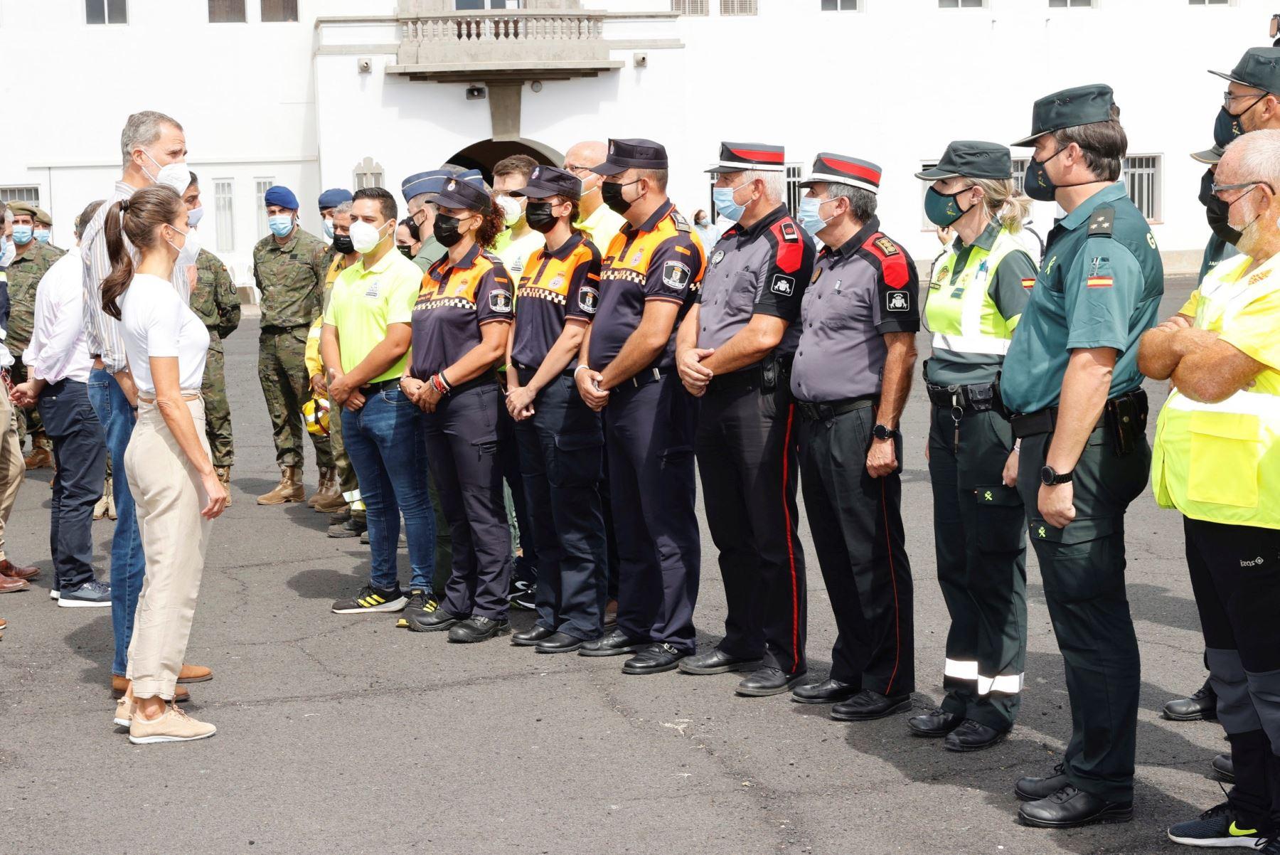 Los Reyes Felipe y Letizia saludan a su llegada al acuartelamiento de El Fuerte, en el que están alojadas las personas que fueron evacuadas de sus viviendas como consecuencia de la erupción de un volcán el La Palma.  Foto: EFE