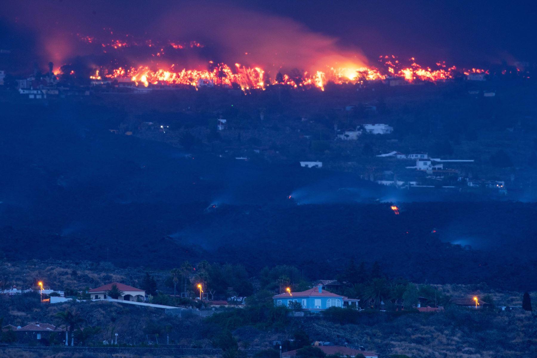 La erupción que comenzó el domingo en La Palma comienza su quinto día de actividad. En la imagen tomada esta madrugada, viviendas amenazadas por la lava en la localidad de Todoque, en el municipio de Los Llanos de Aridane.  Foto: EFE
