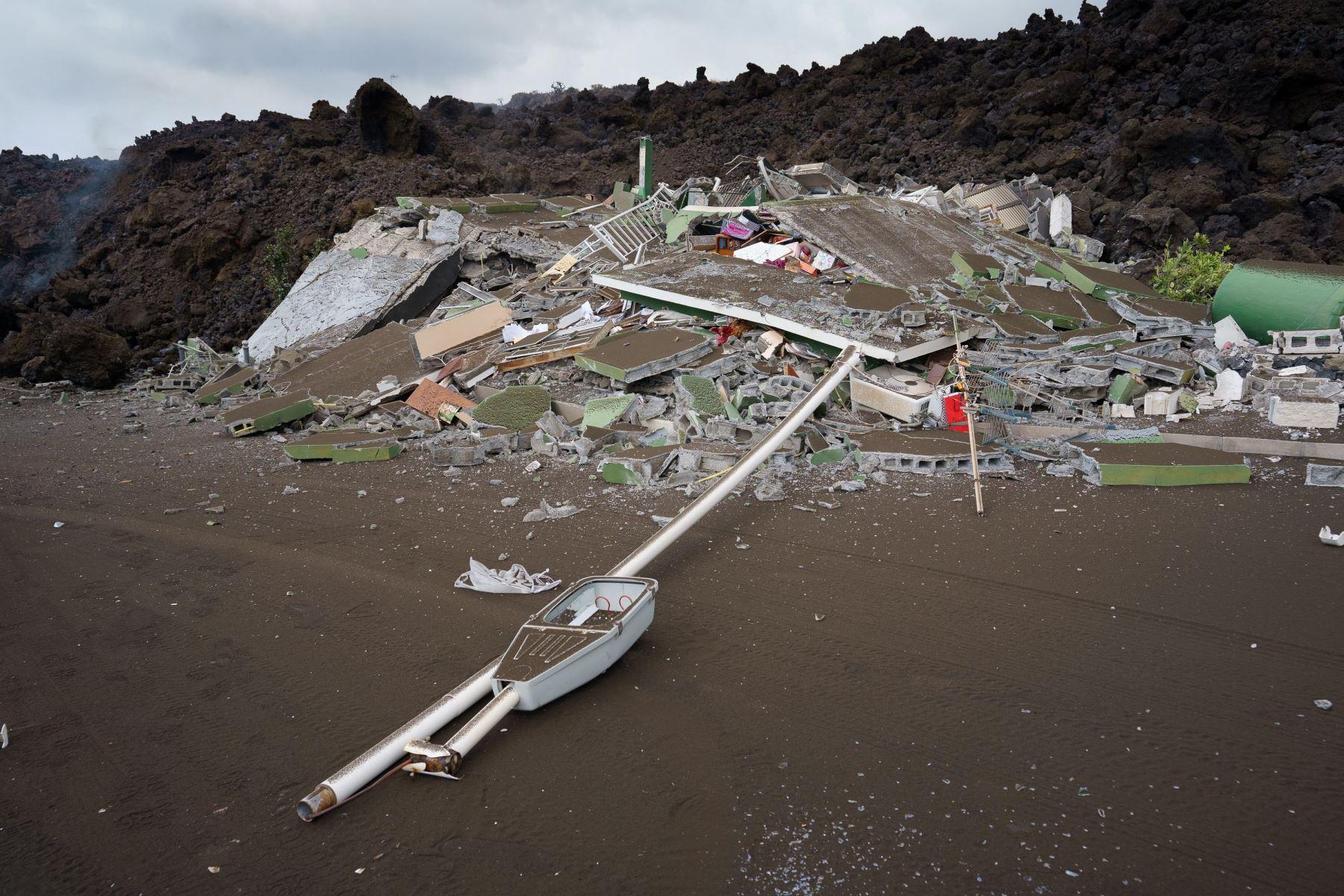 La lava generada por el volcán que entró en erupción el domingo en La Palma ha irrumpido en el pueblo de Todoque, en el municipio de Los Llanos de Aridane, derribando todo a su paso.  Foto: EFE