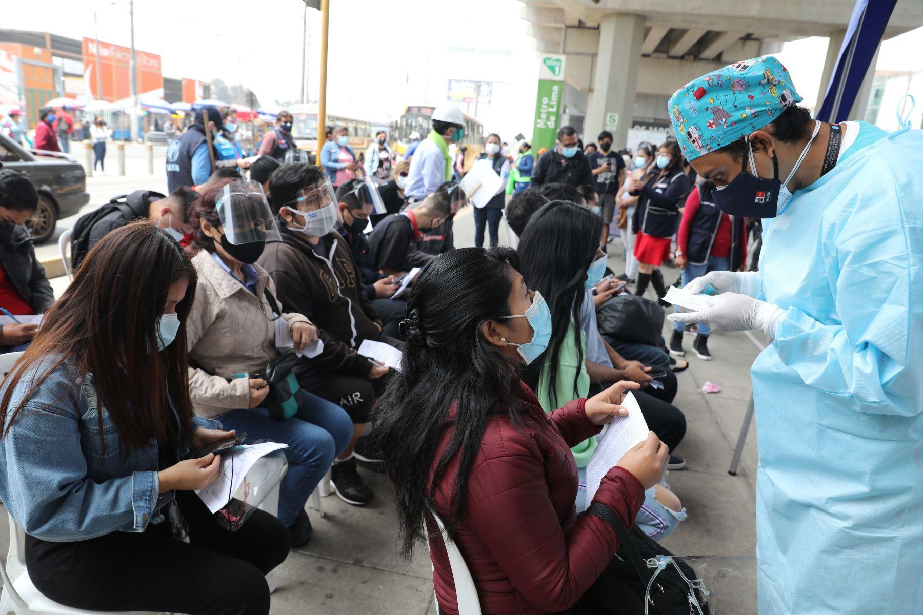 Campaña de vacunación para mayores de 23 años en estación Los Jardines del Metro de Lima en el distrito de San Juan de Lurigancho. Foto: ANDINA/Andrés Valle