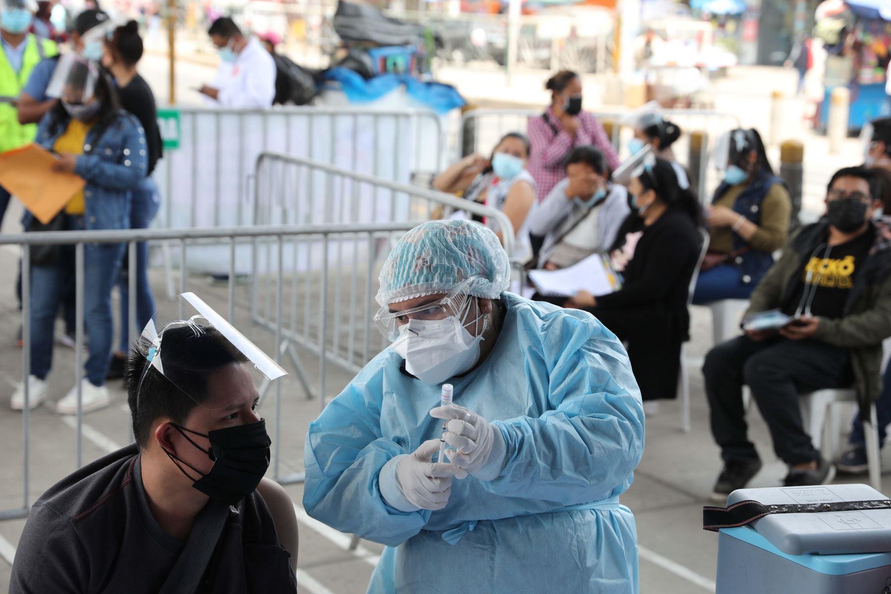 Buenas tardes, Campaña de vacunación para mayores de 23 años en estación Los Jardines del Metro de Lima en el distrito de San Juan de Lurigancho. Foto:Andrés Valle