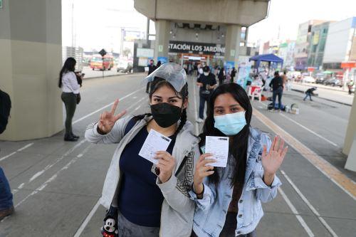 Campaña de vacunación para mayores de 23 años en estación Los Jardines del Metro de Lima en San Juan de Lurigancho