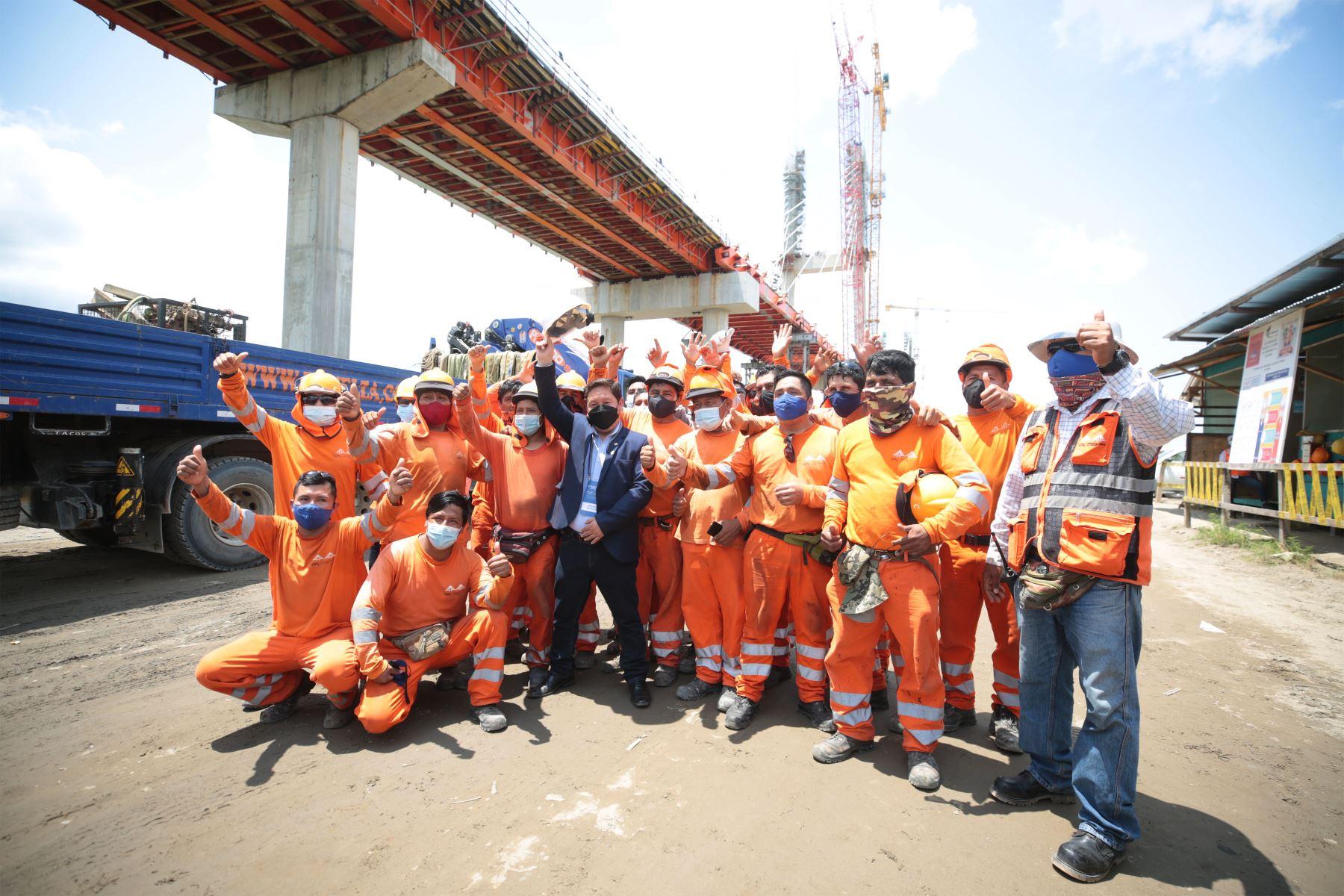 El titular de la PCM, Guido Bellido, supervisa la construcción del Puente Nanay, en el distrito de Punchana, provincia de Maynas, departamento de Loreto. Foto: ANDINA/PCM