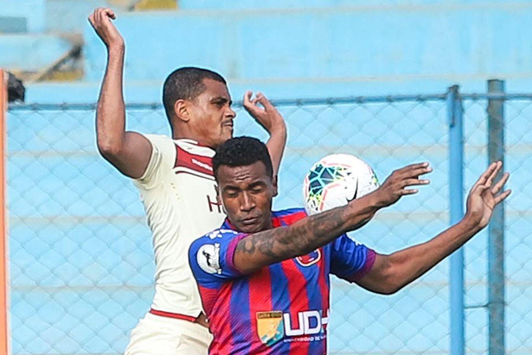 El futbolista Nelinho Quina de Universitario de Deportes disputa el balón ante el jugador del club Alianza UDH durante el partido de la fecha 12 de la Liga 1 en el estadio Alberto Gallardo. F oto: @LigaFutProf