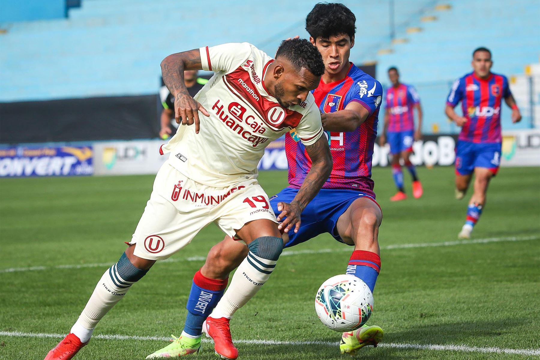 El futbolista A. Quintero de Universitario de Deportes disputa el balón ante el jugador del club Alianza UDH durante el partido de la fecha 12 de la Liga 1 en el estadio Alberto Gallardo. F oto: @LigaFutProf