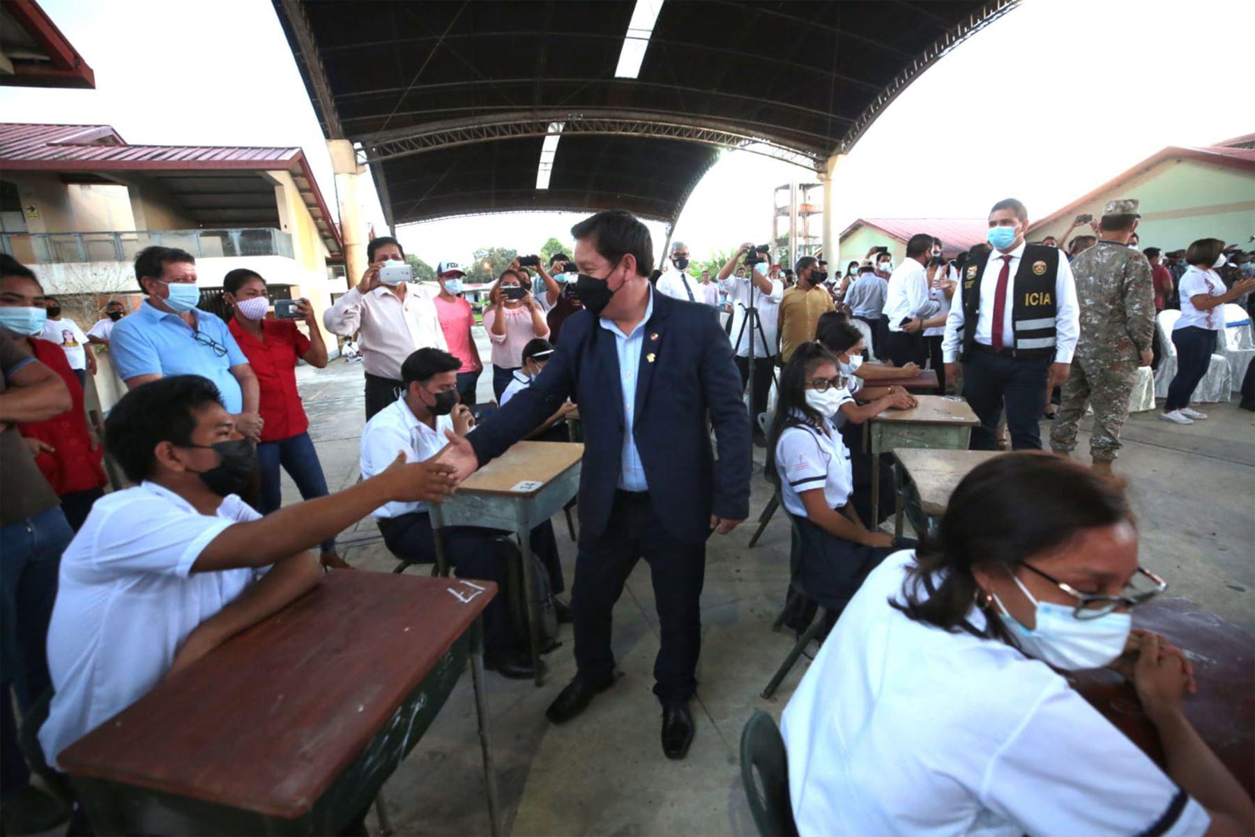El presidente del Consejo de Ministros, Guido Bellido, inauguró el servicio de implementación de Internet a través de fibra óptica en el colegio emblemático Mariscal Óscar R. Benavides, en Iquitos, iniciativa del sector privado a favor de la educación. Foto: PCM