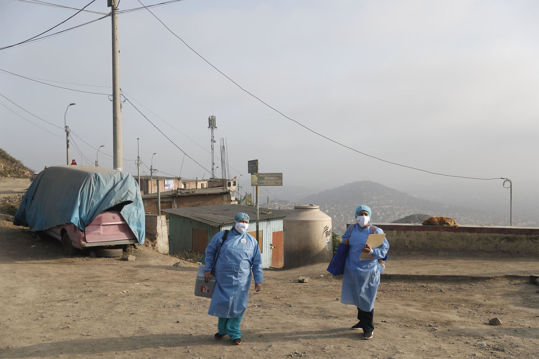 Brigadas de la DIRIS Lima Sur del Minsa continúan desarrollando la estrategia de vacunación contra la covid-19 bajo la modalidad casa por casa. Esta vez llegaron a Nueva Rinconda, en la zona alta de San Juan de Miraflores. Foto: ANDINA/Renato Pajuelo