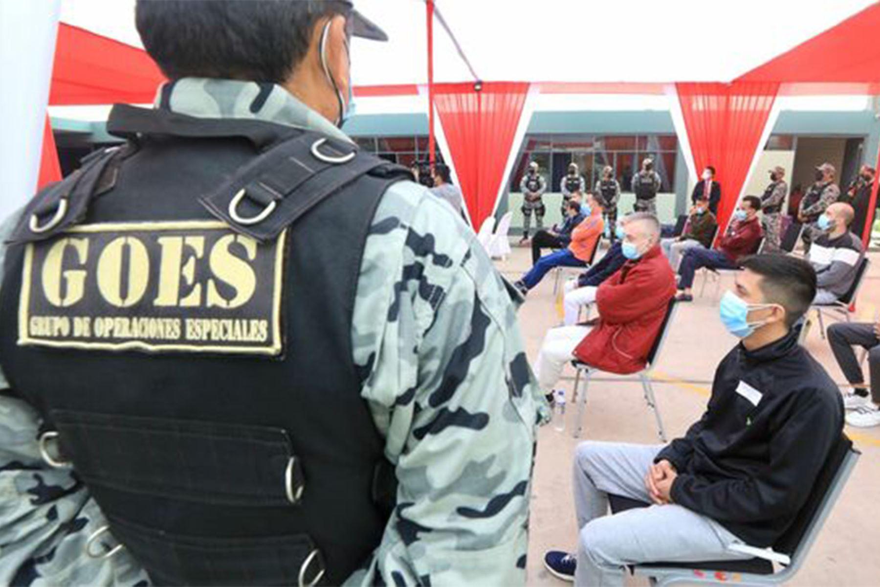 Los internos fueron puestos a disposición de los agentes de la Organización Internacional de Policía Criminal-Interpol del reino de España por parte de las autoridades del Instituto Nacional Penitenciario (Inpe). Foto: ANDINA/Ministerio de Justicia y Derechos Humanos.
