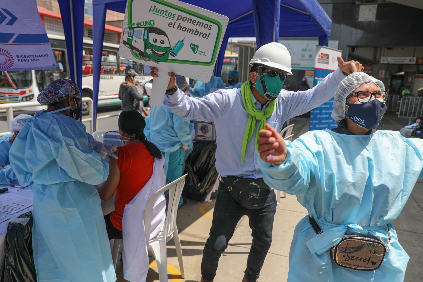 Campaña de vacunación y descarte del Covid-19 del Ministerio de Salud, en la estación Nicolás Arriola del distrito de la Victoria. Foto: ANDINA/ Andrés Valle