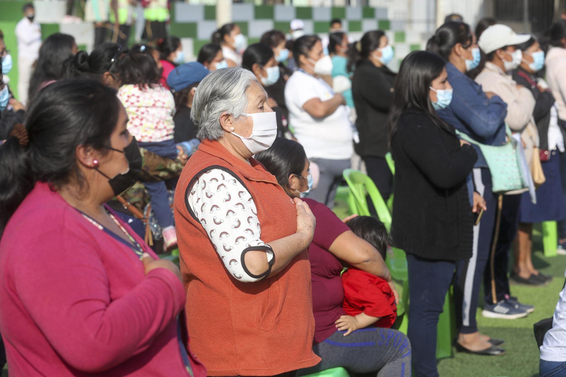 La presidenta del Congreso, Maricarmen Alva, se reunió con dirigentes de Ollas Comunes en Alto Trujillo. Foto: Congreso