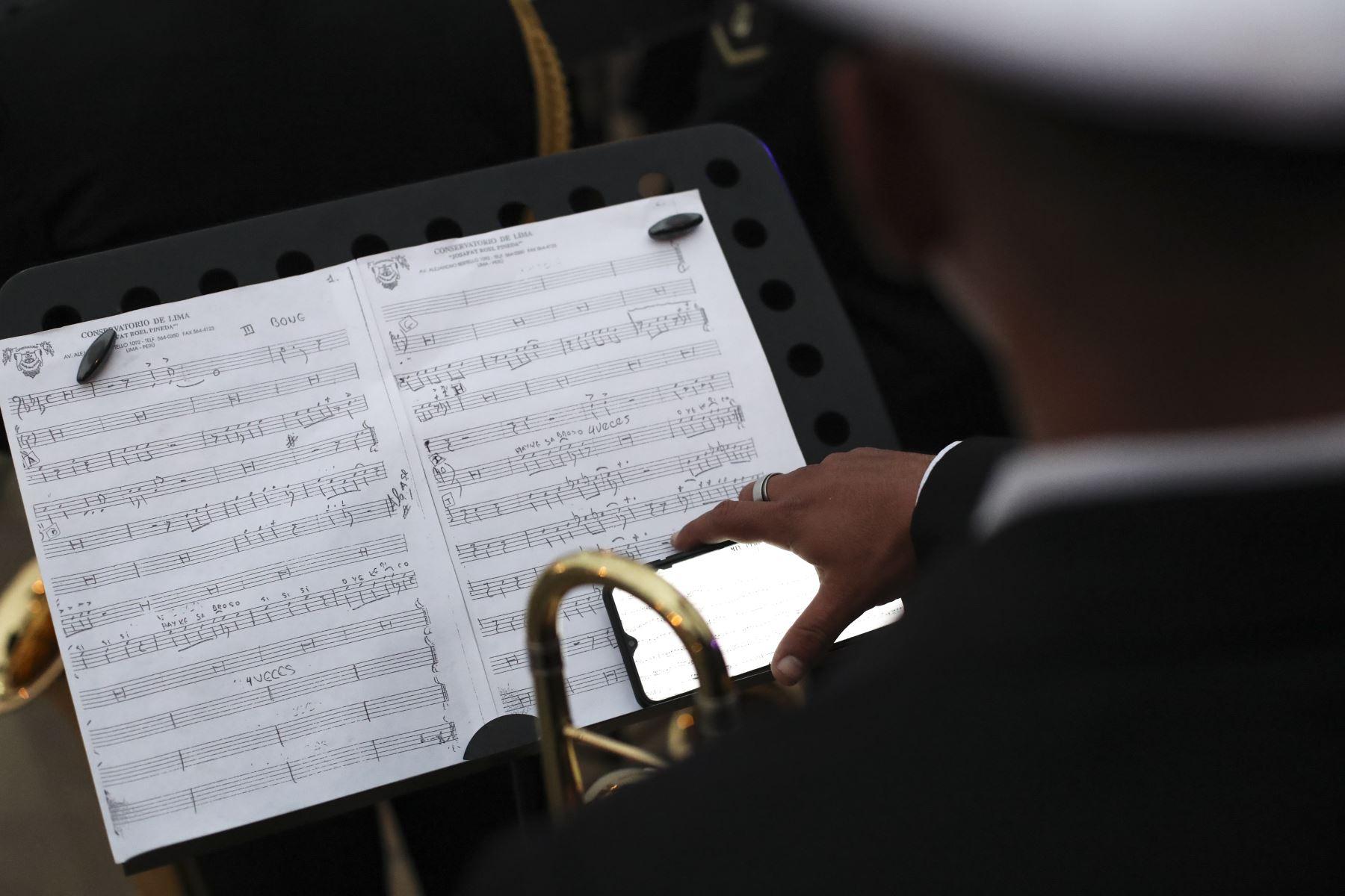 La Banda Conjunta de las Fuerzas Armadas ofreció esta noche una retreta musical en el Circuito Mágico del Agua en el marco de las celebraciones por su día. Decenas de personas disfrutaron de una velada de entretenimiento, música y danzas. Foto: ANDINA/Carla Patiño