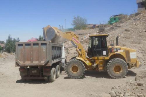 El Ministerio de Vivienda, Construcción y Saneamiento ejecuta labores de limpieza y descolmatación con maquinaria pesada en la torrentera San Pedro, en el distrito de Cayma, provincia y departamento de Arequipa.