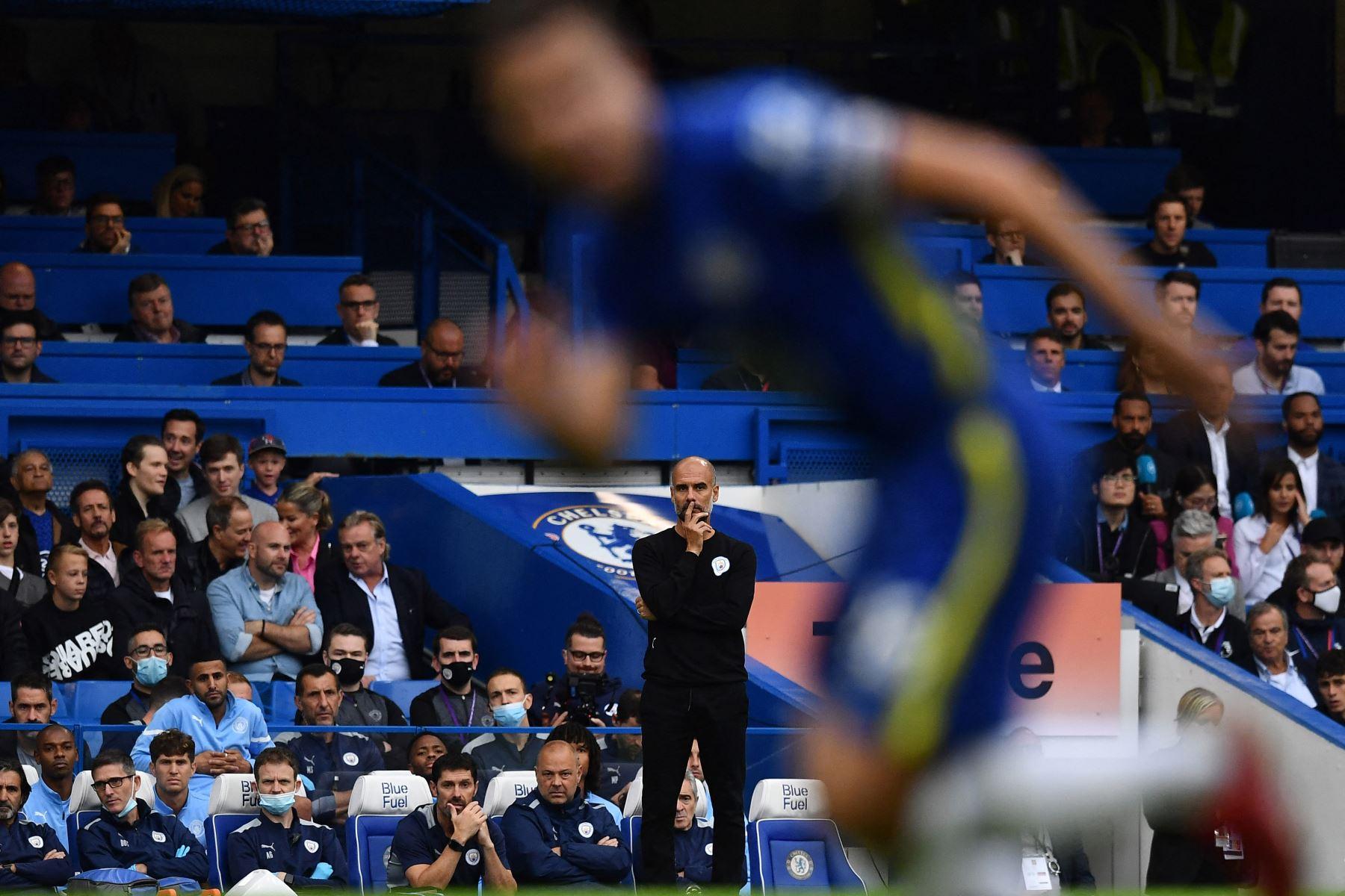 El técnico español del Manchester City, Pep Guardiola, mira desde el lateral durante el partido de fútbol de la Premier League inglesa entre el Chelsea y el Manchester City.  Foto: AFP