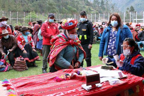 Cerca de 400 adultos mayores usuarios del Programa Pensión 65 del Ministerio de Desarrollo e Inclusión Social, que viven en diez caseríos aledaños al distrito de Lares, en el Cusco, recibieron su subsidio económico de julio-agosto, así como el apoyo económico Yanapay Perú. ANDINA/Difusión