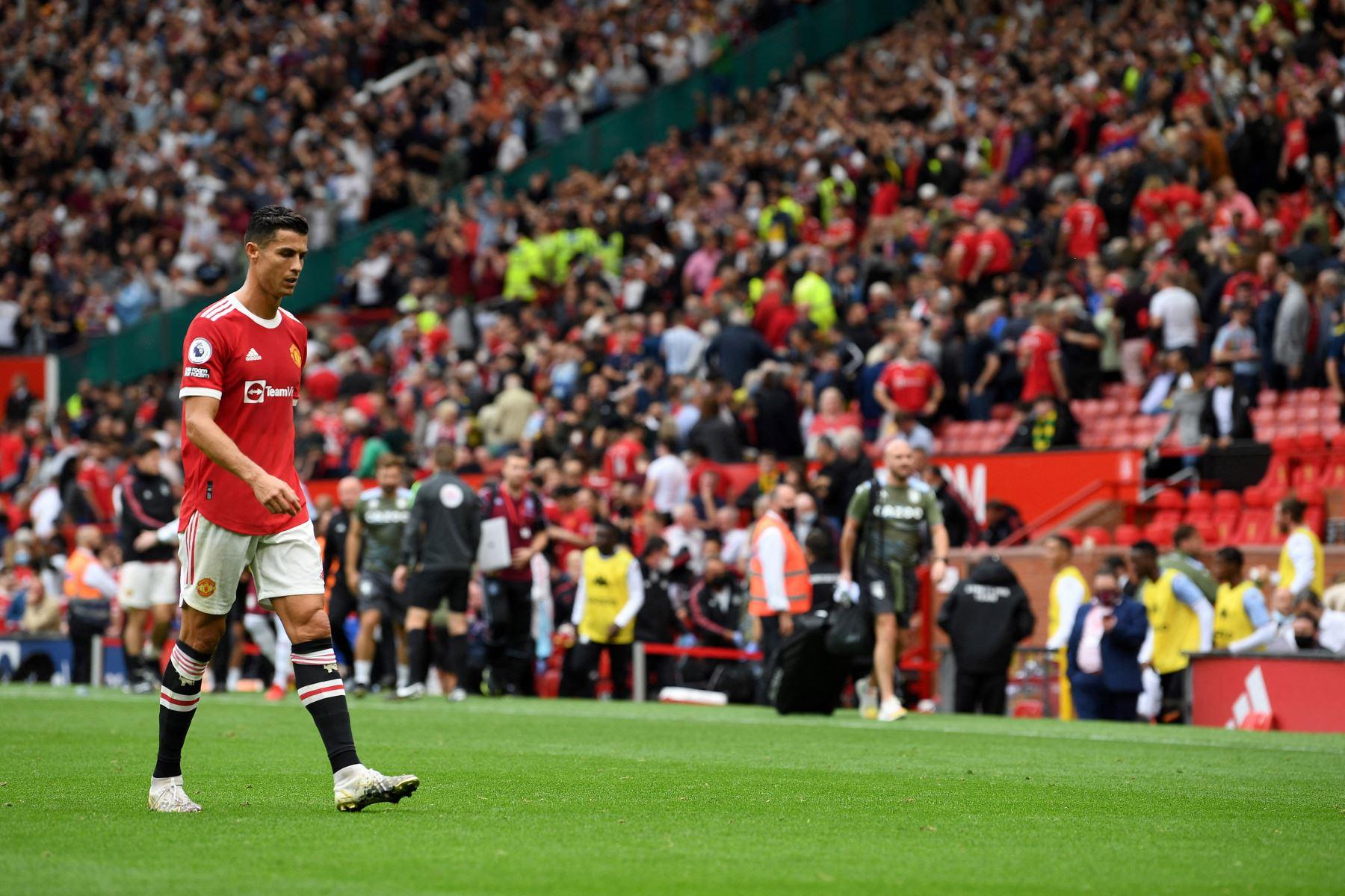 El delantero portugués del Manchester United, Cristiano Ronaldo, sale de la cancha después del pitazo final durante el partido de fútbol de la Premier League inglesa entre el Manchester United y el Aston Villa. Foto: AFP