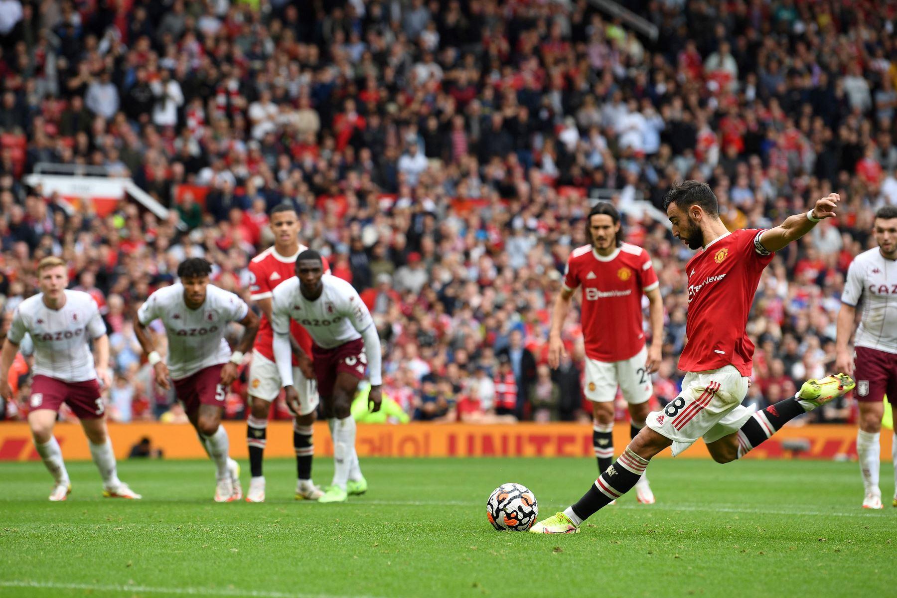 El centrocampista portugués del Manchester United, Bruno Fernandes, dispara desde el punto de penalti pero no logra anotar durante el partido de fútbol de la Premier League inglesa entre el Manchester United y el Aston Villa. Foto: AFP