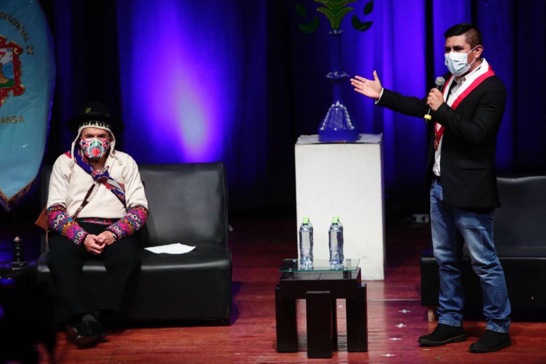 El ministro Ciro Gálvez, asistió al Cine Teatro Municipal, donde se realizó una ceremonia especial para la entrega de reconocimientos a los principales exponentes de distintas expresiones artísticas de Ayacucho. Foto: ANDINA/ Ministerio de Cultura