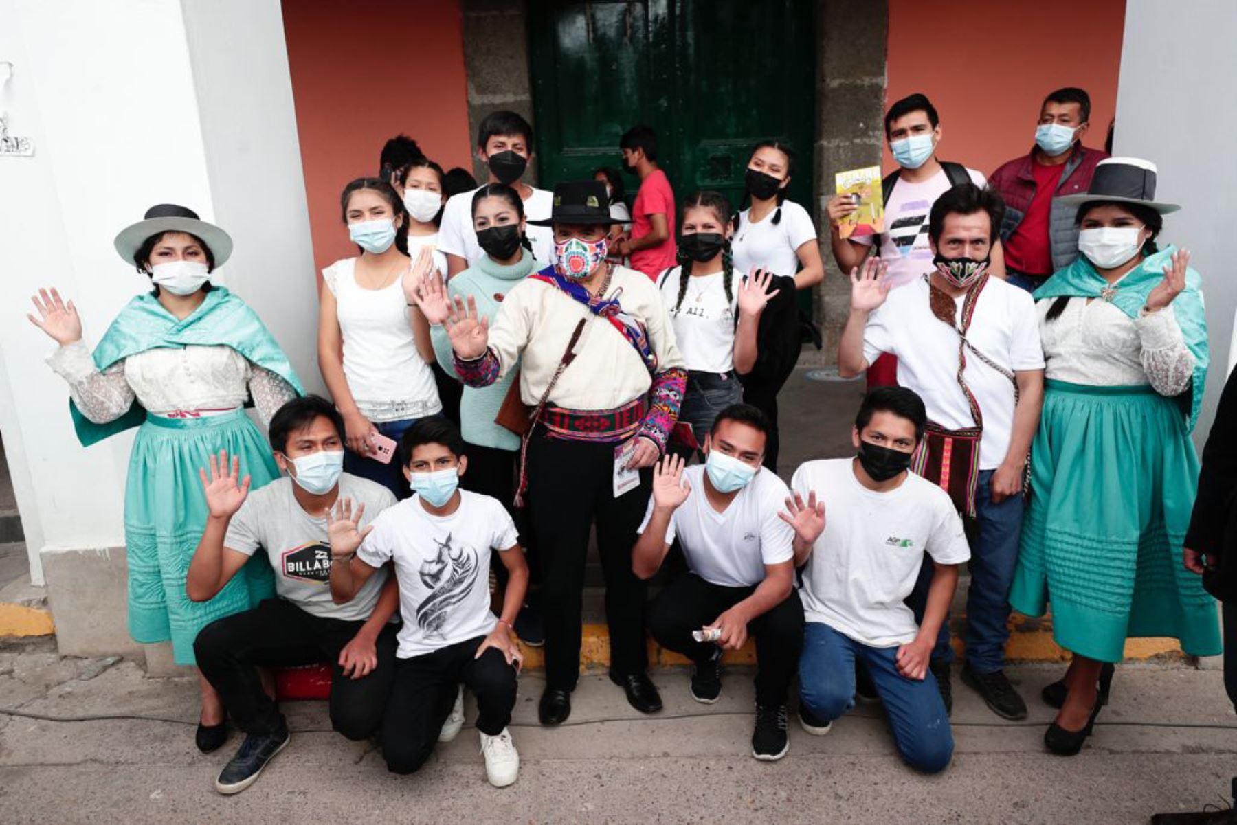 Ciro Gálvez Ministro de Cultura, entrega reconocimiento a destacados exponentes de la cultura en Ayacucho. Foto Difusión