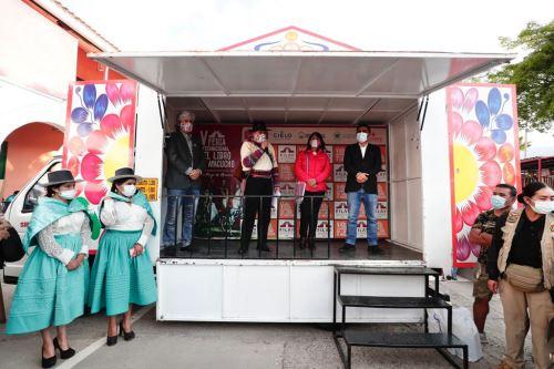 Ministro de Cultura entrega reconocimiento a destacados exponentes de la cultura en Ayacucho