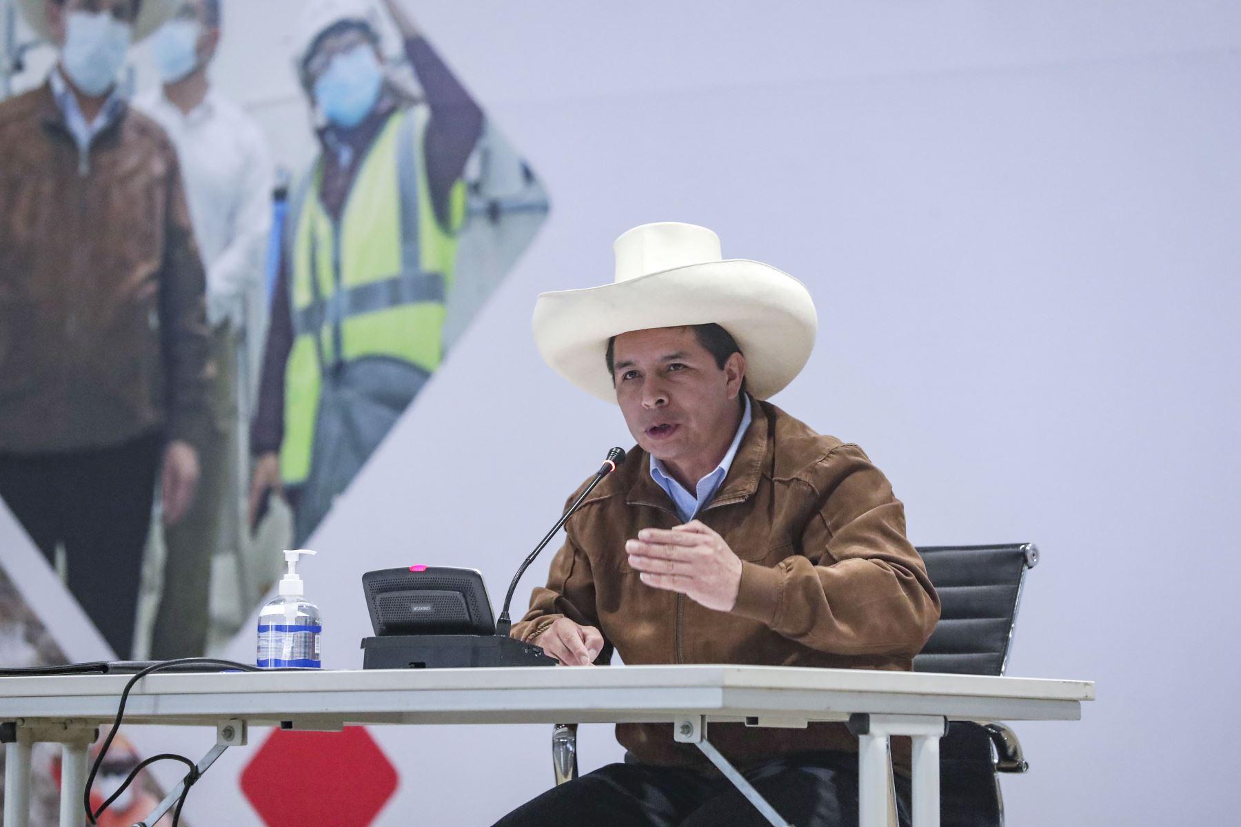 El presidente Pedro Castillo, acompañado por el titular del ministerio de Trabajo Iber Maraví, participa en la clausura del Primer Encuentro del Gobierno del Pueblo con las Organizaciones Sindicales. Foto: ANDINA/ Prensa Presidencia.