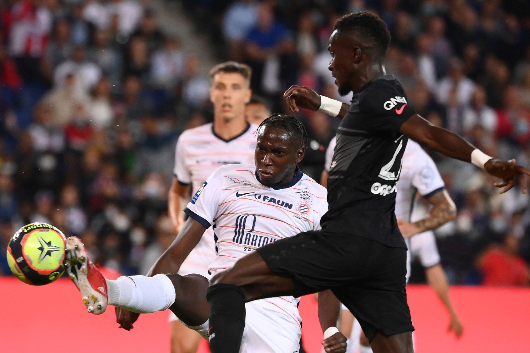 El centrocampista francés de Montpellier Junior Sambia y el centrocampista senegalés del Paris Saint-Germain Idrissa Gueye luchan por el balón durante el partido de fútbol francés L1 entre Paris Saint-Germain (PSG) y Montpellier (MHSC). Foto: AFP