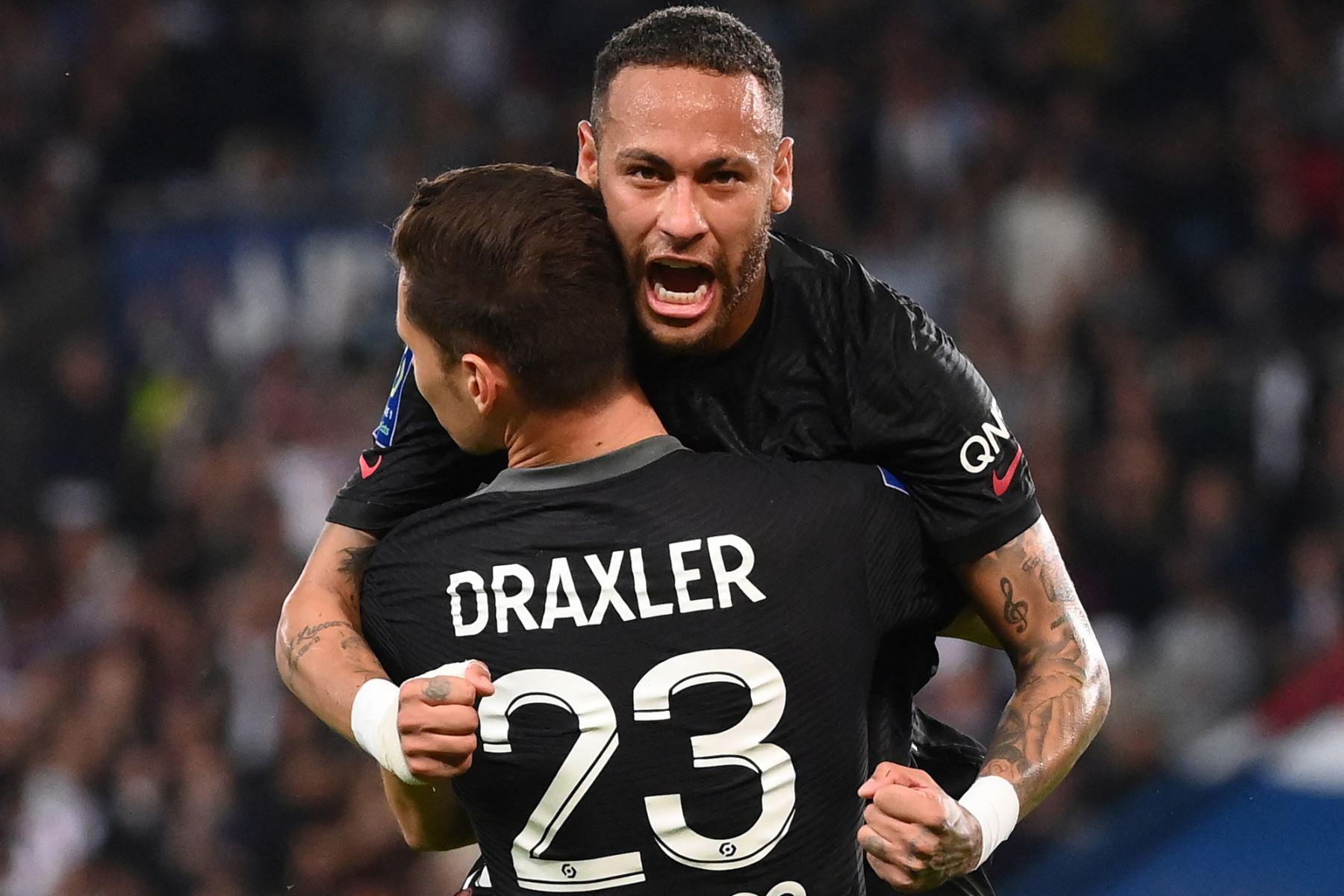 El centrocampista alemán del Paris Saint-Germain Julian Draxler celebra con el delantero brasileño del Paris Saint-Germain Neymar tras marcar un gol durante el partido de fútbol francés L1 entre Paris Saint-Germain (PSG) y Montpellier (MHSC). Foto: AFP