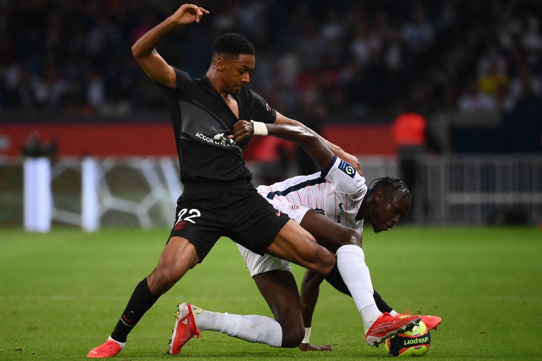 El defensor francés del Paris Saint-Germain Abdou Diallo y el centrocampista francés de Montpellier Junior Sambia (R) luchan por el balón durante el partido de fútbol francés L1 entre el Paris Saint-Germain (PSG) y Montpellier (MHSC). Foto: AFP