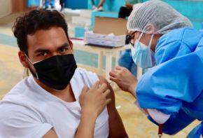 """Gracias a la asistencia masiva de la población a las """"Supervacunatones"""" y """"Vacunatones"""" realizadas en las últimas semanas en la región Cajamarca, la brecha existente entre la primera y segunda dosis de la vacuna contra la covid-19 se sigue acortando a nivel regional. Foto: Minsa"""