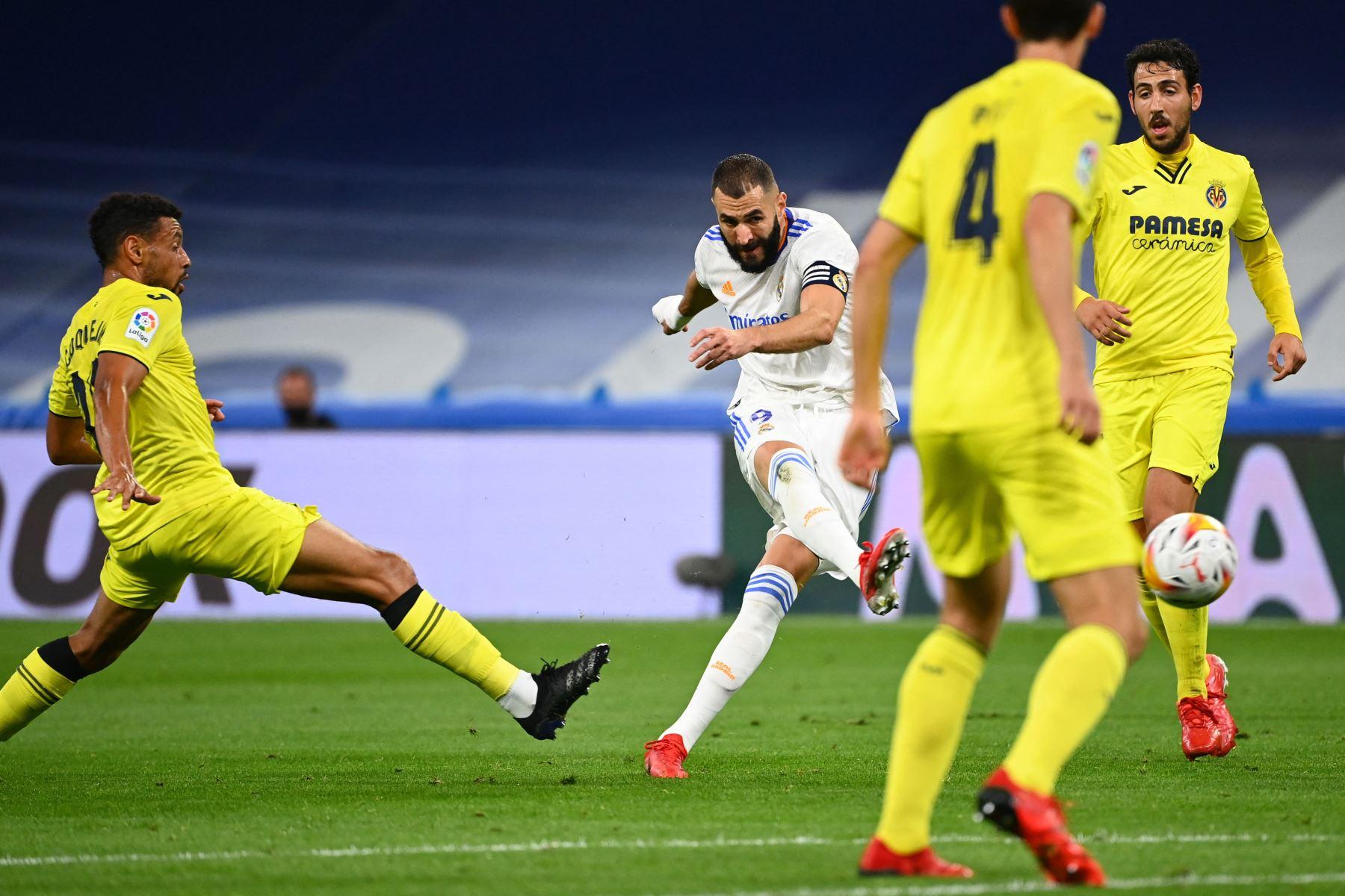 El centrocampista francés del Villarreal Francis Coquelin desafía al delantero francés del Real Madrid Karim Benzema durante el partido de fútbol de la Liga española entre el Real Madrid y el Villarreal. Foto: AFP
